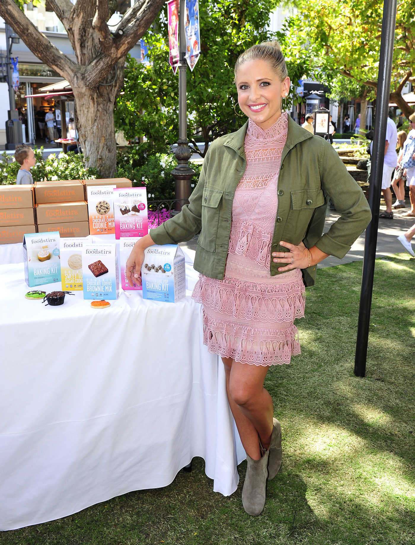 Sarah Michelle Gellar at the Kids in the Kitchen at the Grove in Los Angeles 10/02/2016