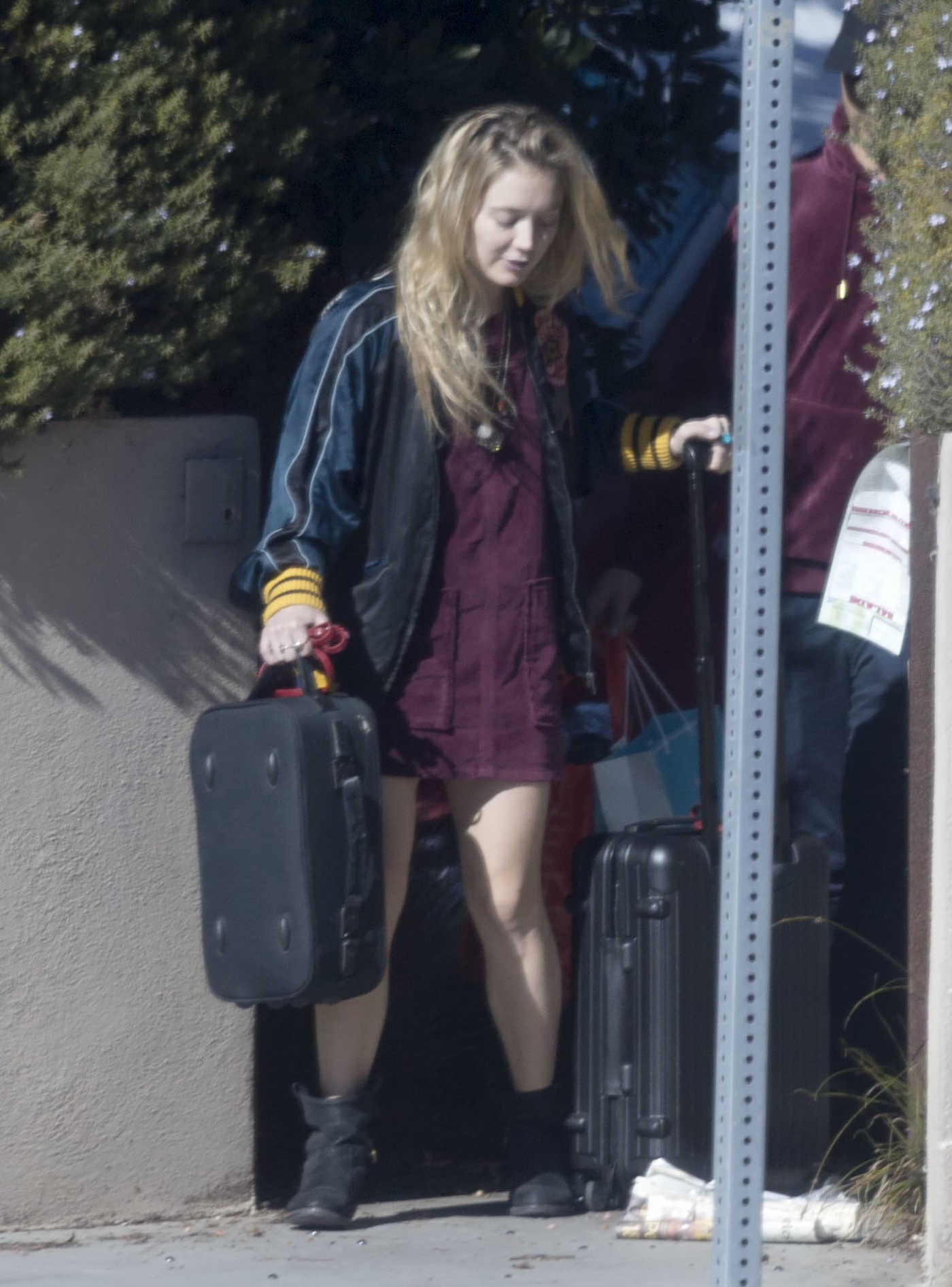 Billie Lourd Leaves Her Home in Los Angeles With Taylor Lautner 12/27/2016