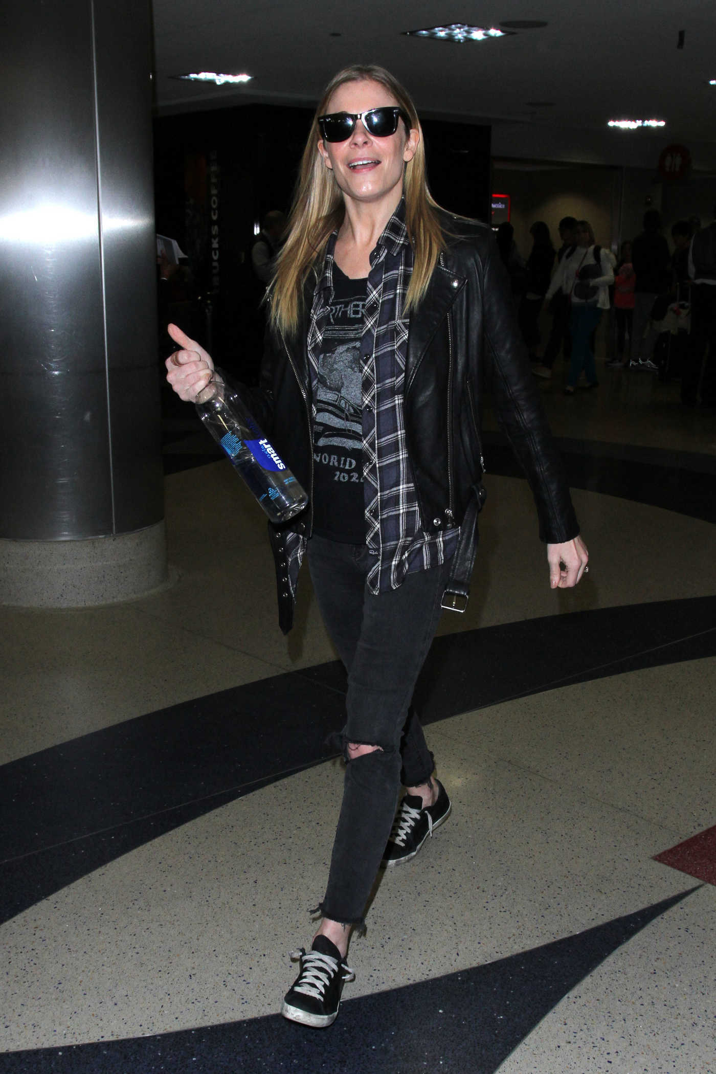 LeAnn Rimes Was Seen at LAX Airport in Los Angeles 12/19/2016
