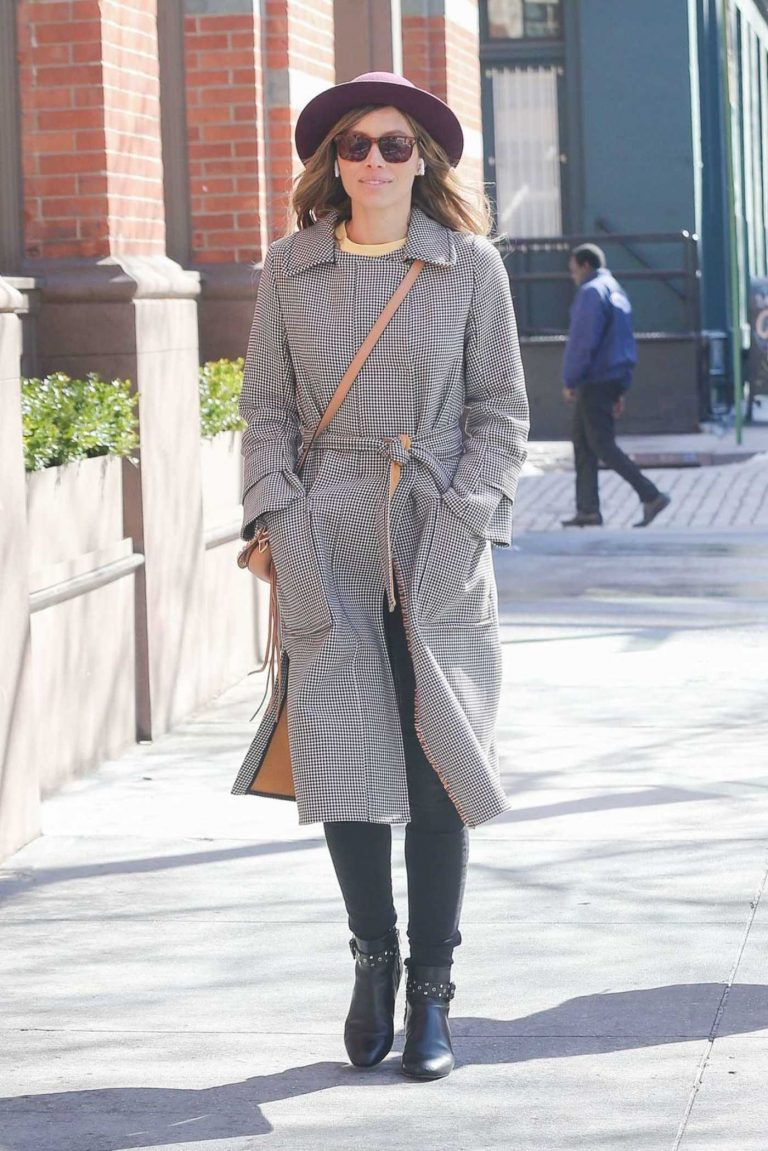 Jessica Biel Wears a Beige Hat Out in New York 03/22/2018-1