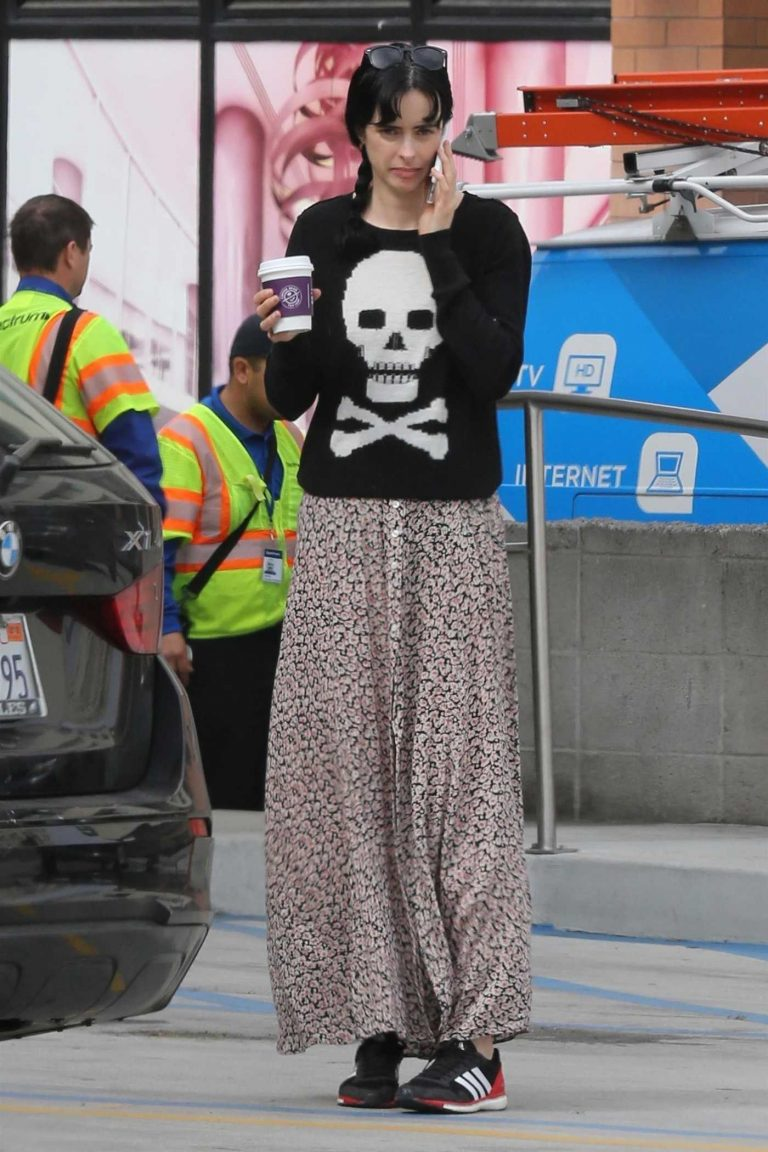 Krysten Ritter Was Spotted with Her Dog Out in Los Angeles 04/04/2018-1