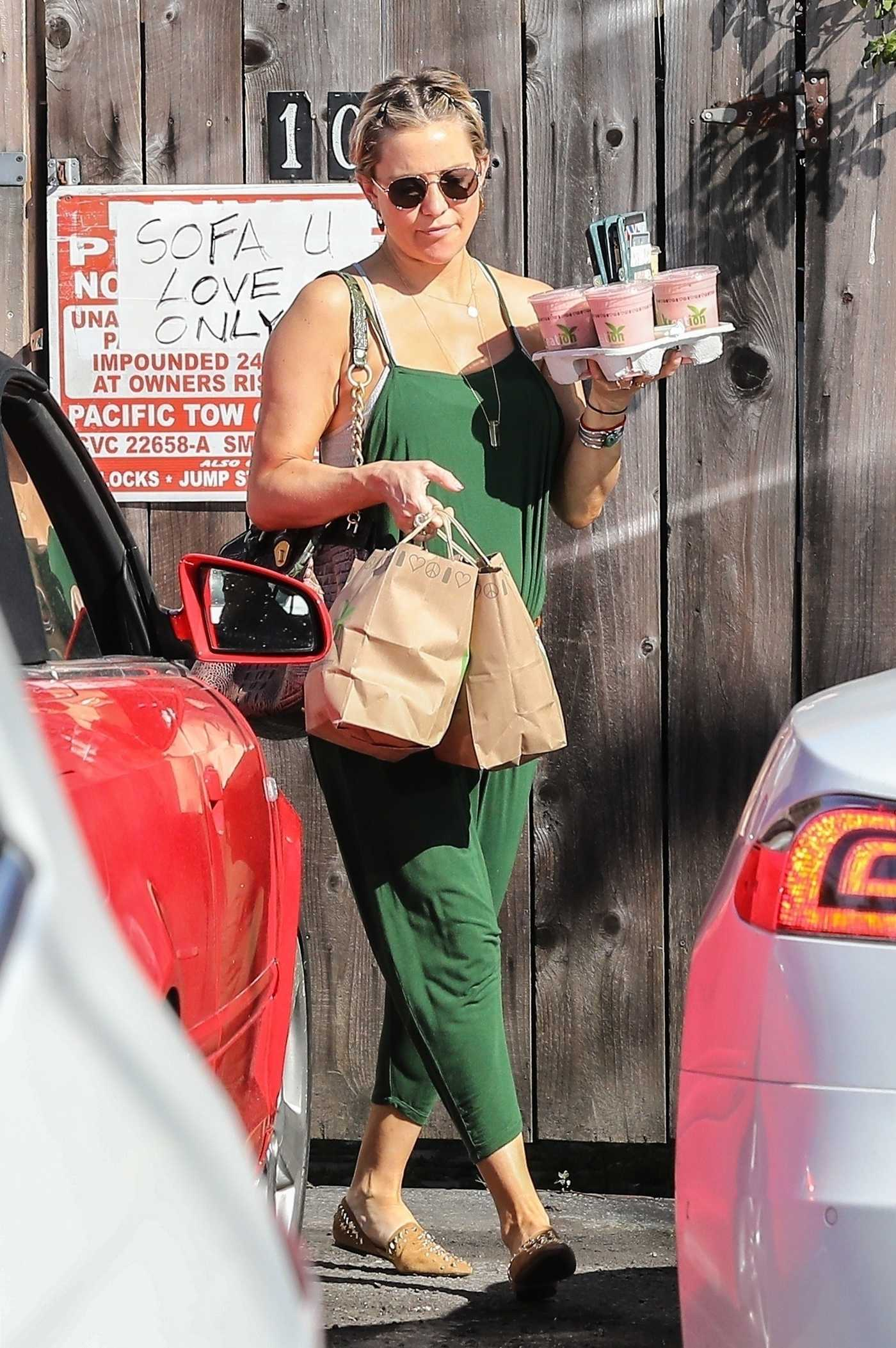 Kate Hudson Grabs Smoothies in Brentwood 05/04/2018