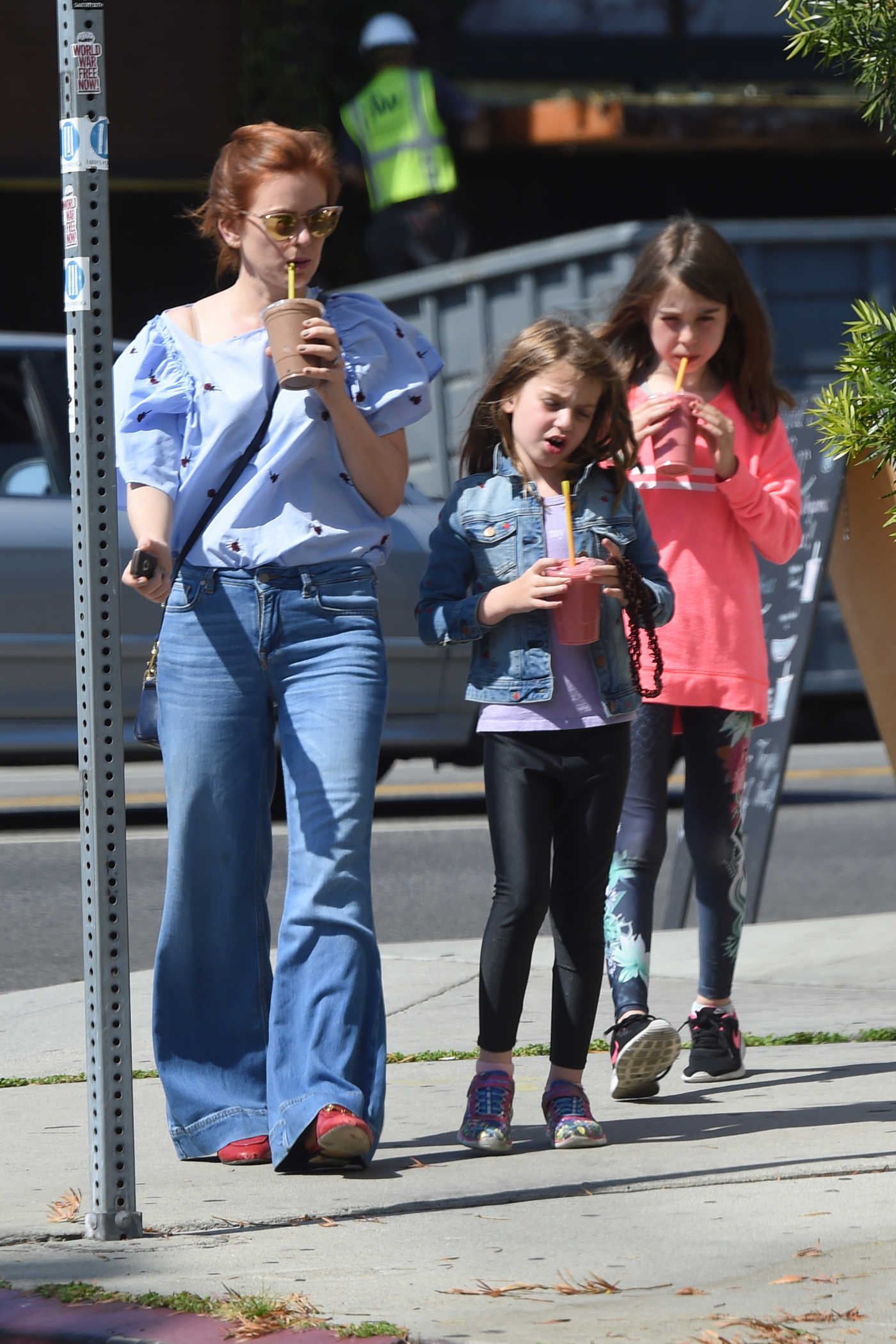 Isla Fisher Picks up Some Fresh Juice in Los Angeles 05/31/2018