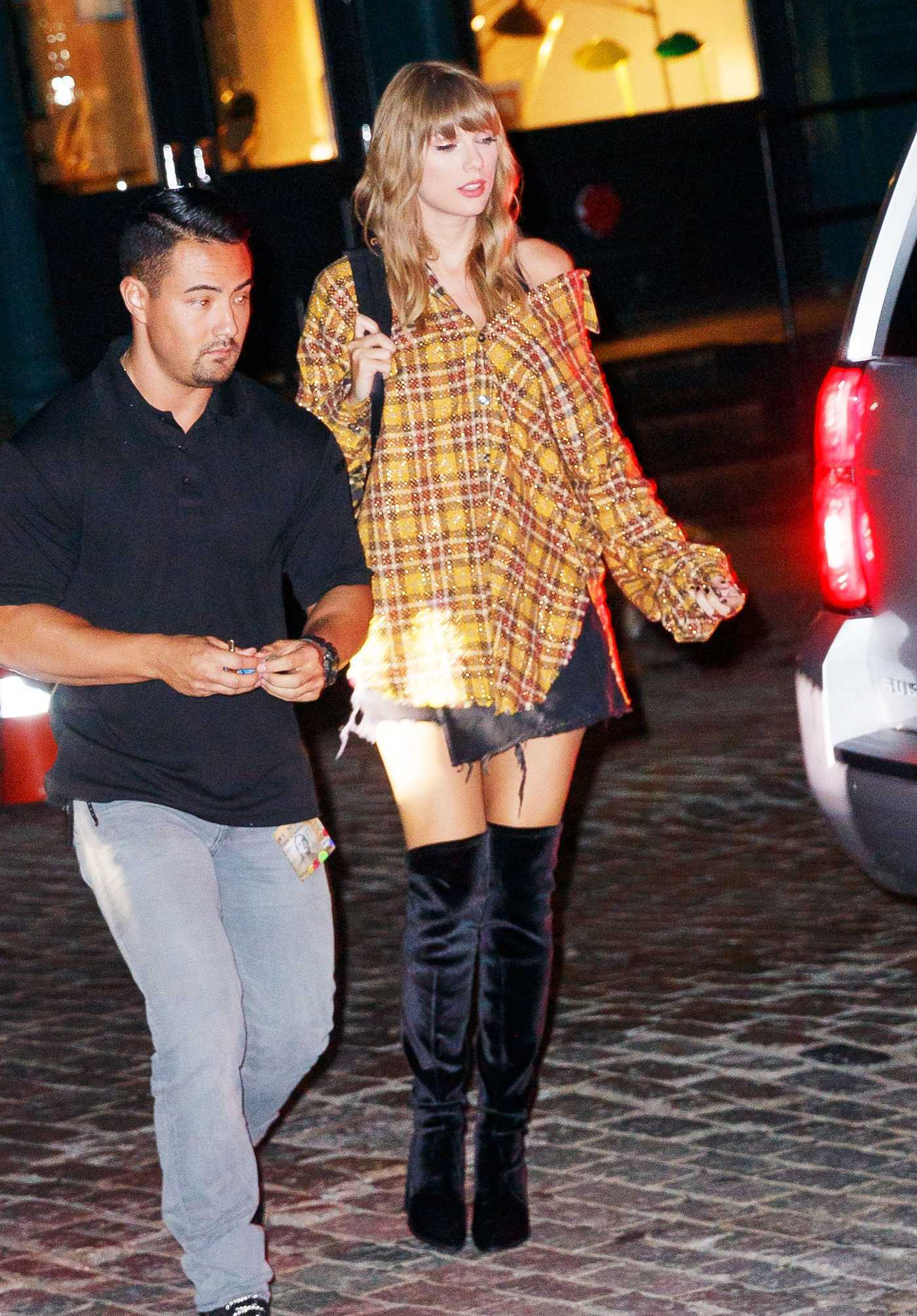 Taylor Swift in a Plaid Shirt Returns Home in New York 07/21/2018