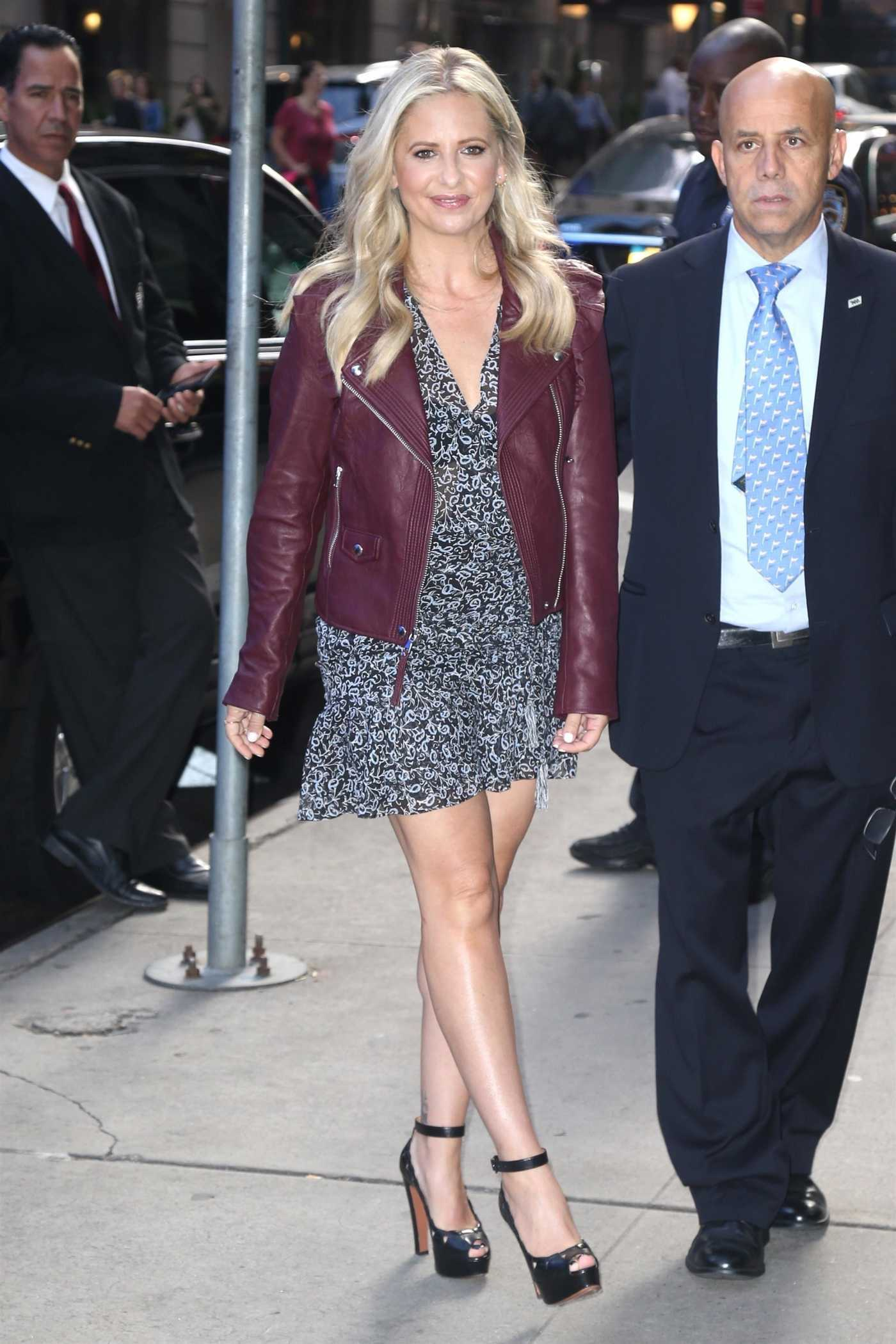 Sarah Michelle Gellar in a Purple Leather Jacket Arrives at the Good Morning America Show in New York 09/27/2018