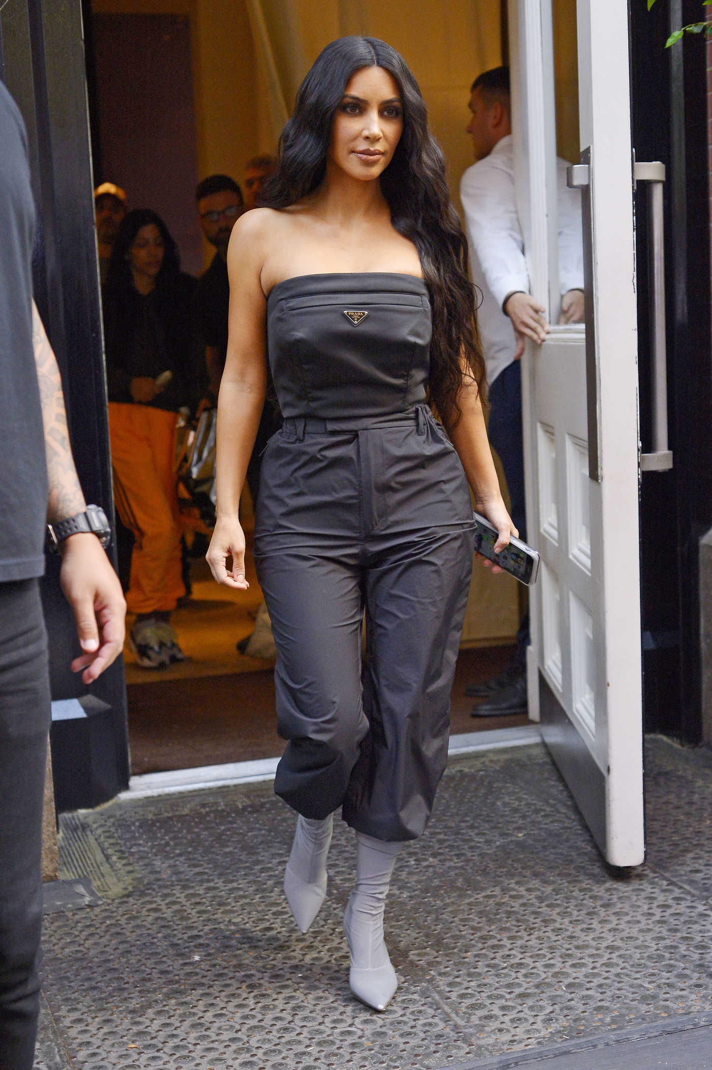Kim Kardashian in a Gray Overalls Leaves Her Hotel in New York City 09/30/2018