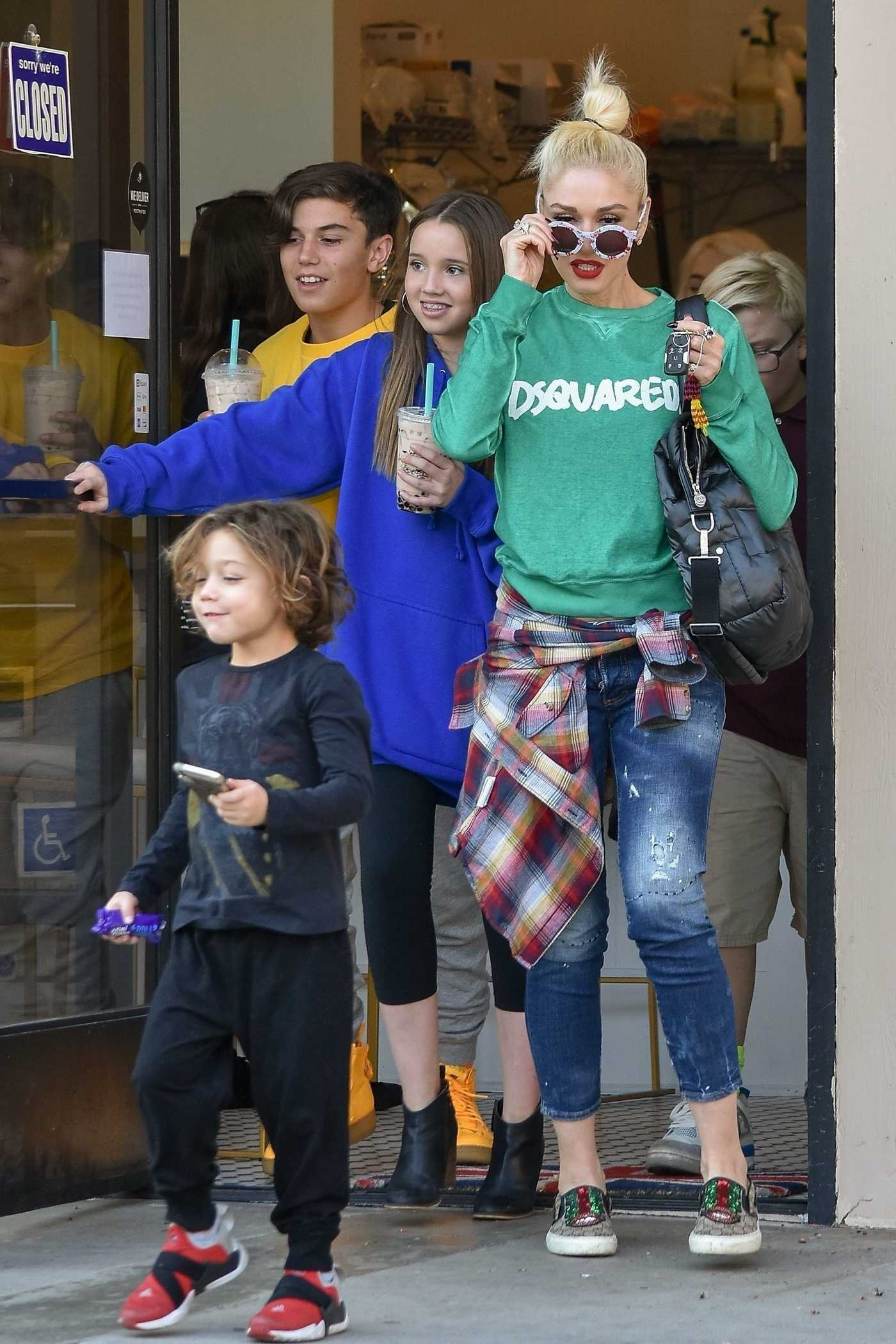 Gwen Stefani in a Green Sweatshirt Goes Stopping in Studio City 11/20/2018