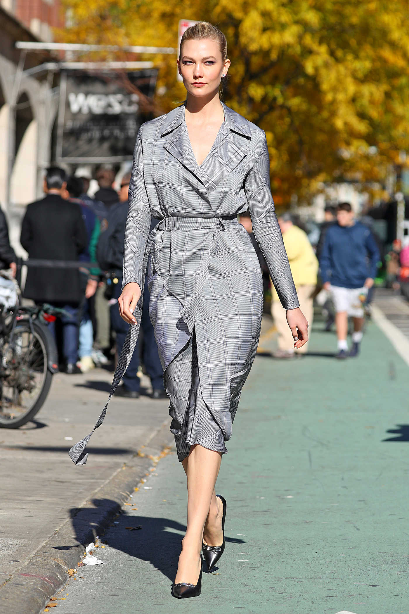 Karlie Kloss in a Gray Trench Coat Was Seen Out in NYC 11/08/2018