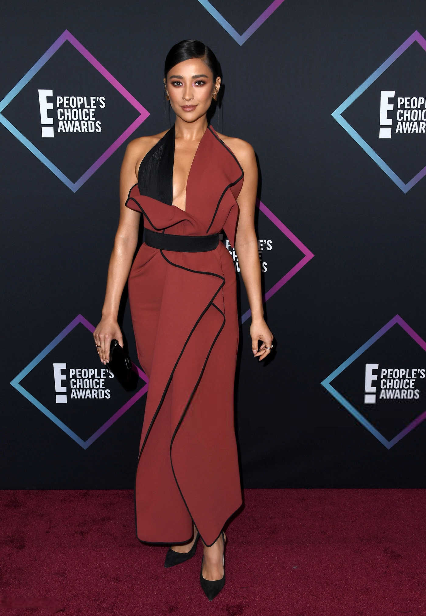 Shay Mitchell Attends 2018 People's Choice Awards in Santa Monica 11/11/2018