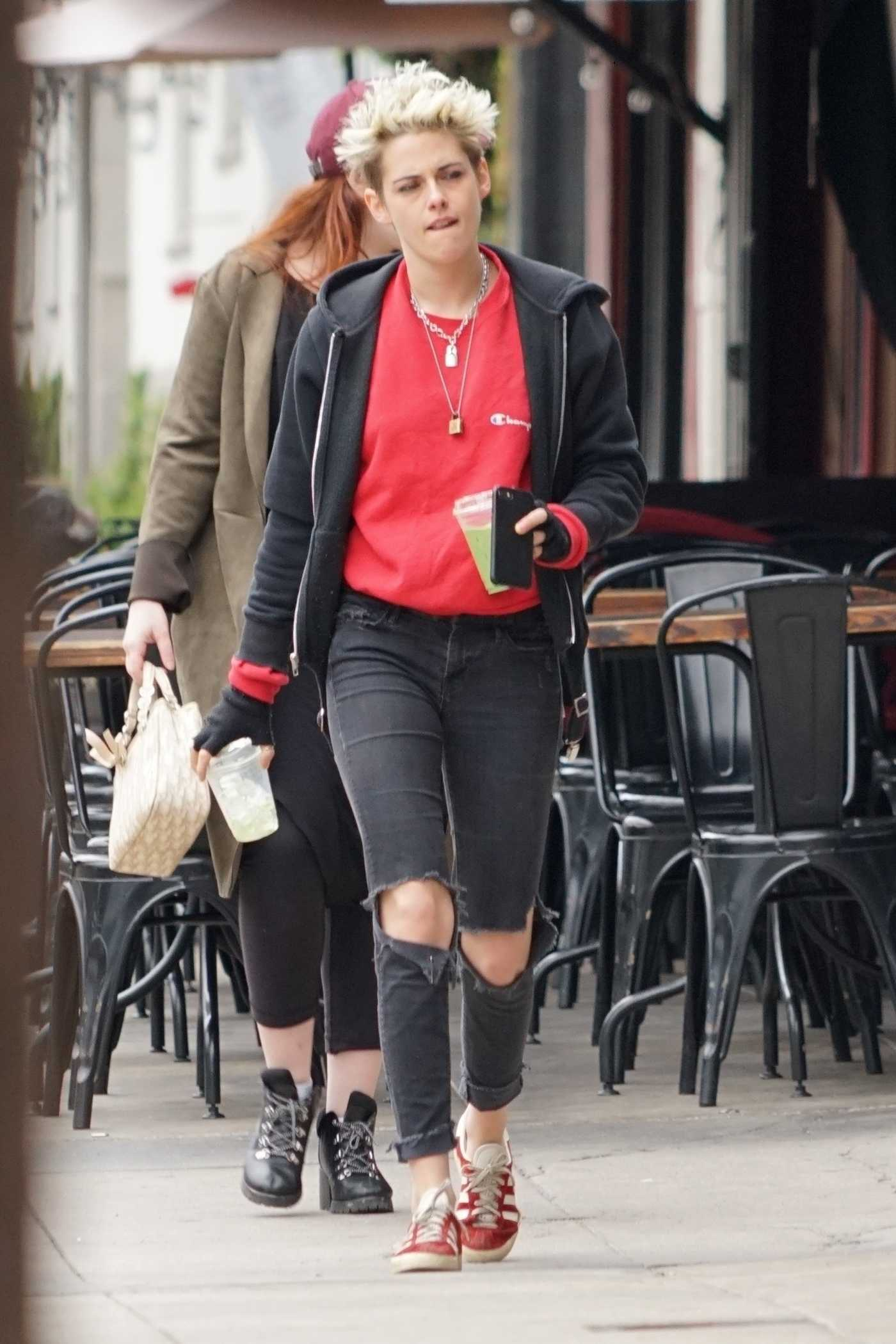 Kristen Stewart in a Black Ripped Jeans Was Seen Out in LA 12/13/2018