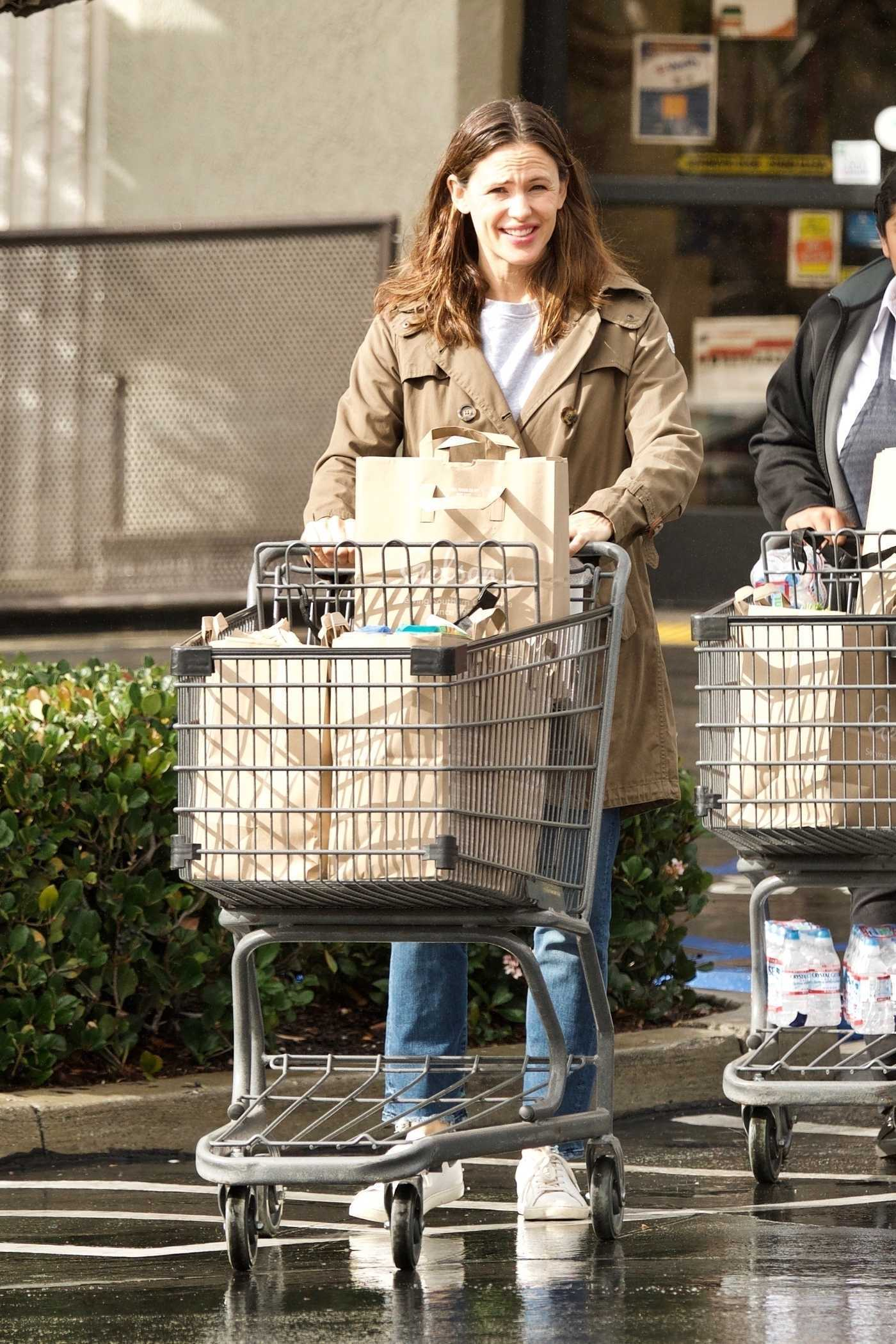 Jennifer Garner in a Beige Trench Coat Goes Grocery Shopping in Brentwood 01/12/2019
