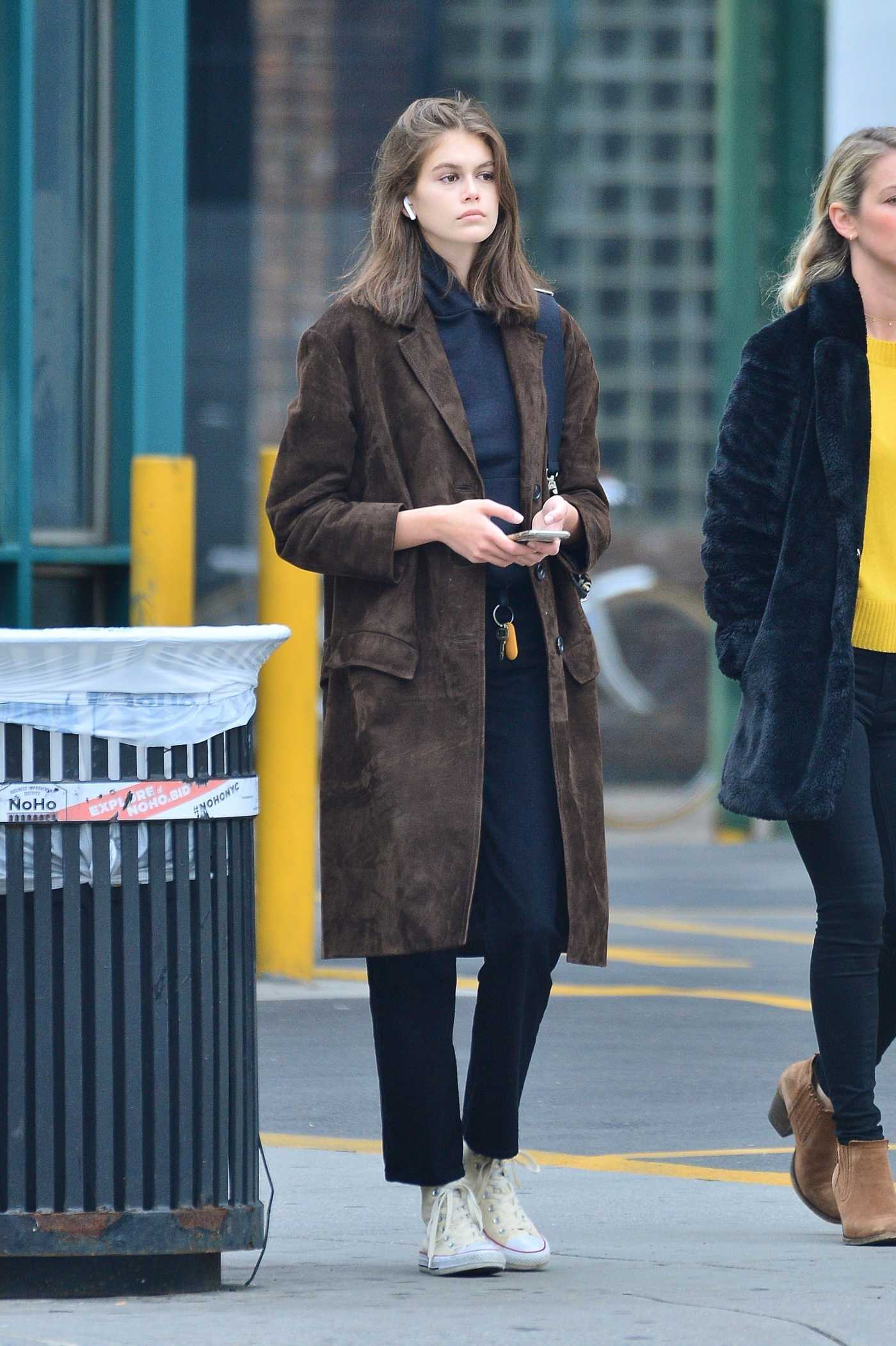 Kaia Gerber in a Brown Trench Coat Waving for a Cab in SoHo in NYC 05/03/2019