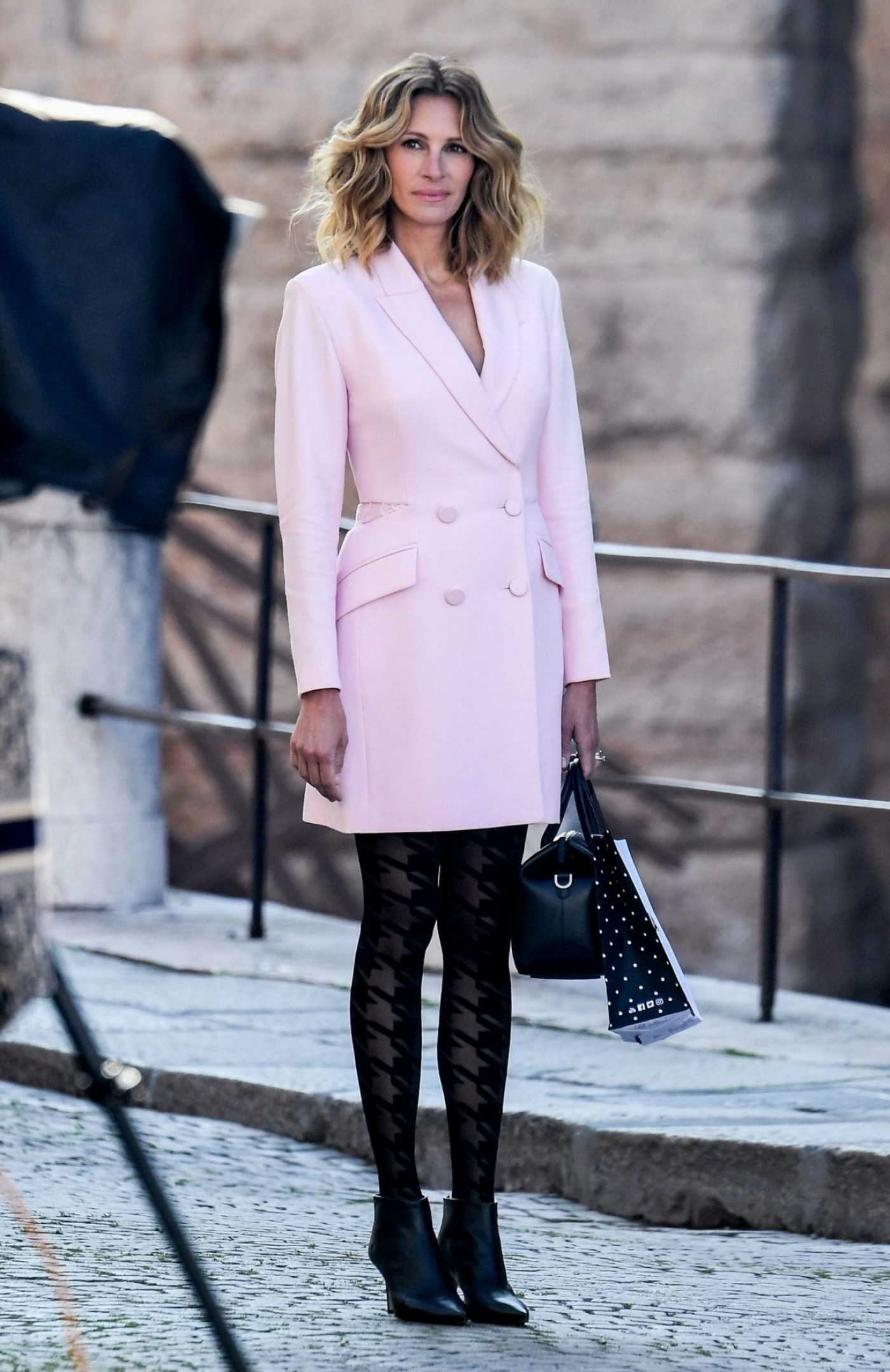 Julia Roberts in a Pink Coat on the Set of the New Advertising Campaign for Calzedonia in Verona 05/30/2019