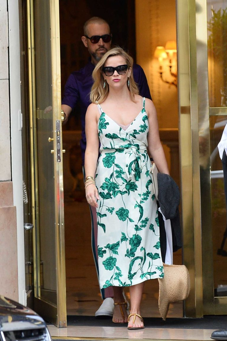 Reese Witherspoon in a White Floral Dress