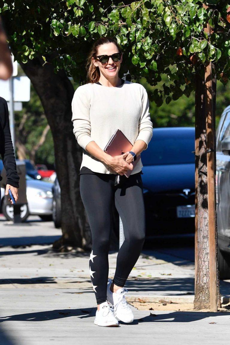 Jennifer Garner in a Beige Sweatshirt
