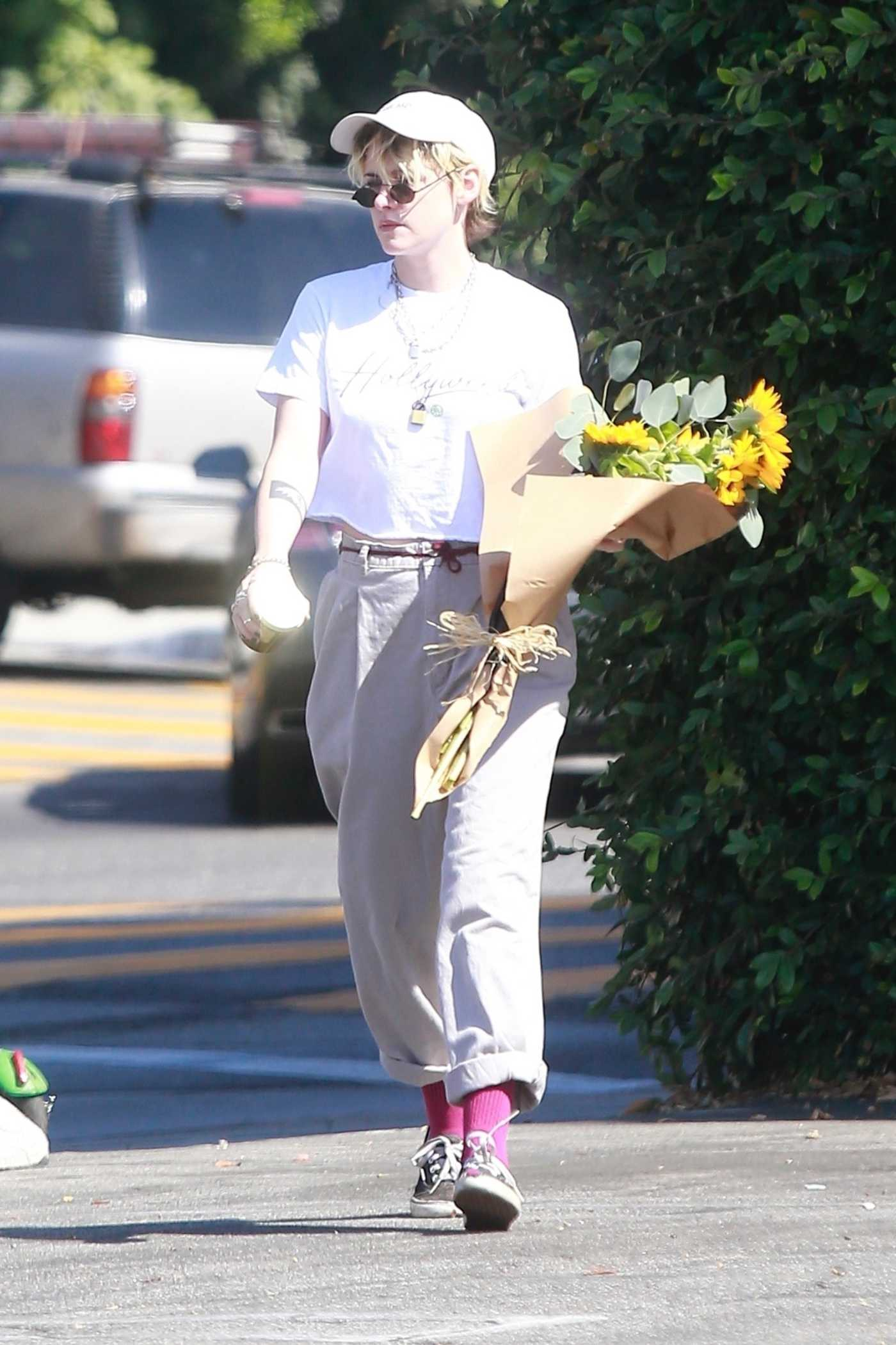 Kristen Stewart in a White Cap Purchased a Large Bouquet of Sunflowers Out in Los Angeles 10/18/2019
