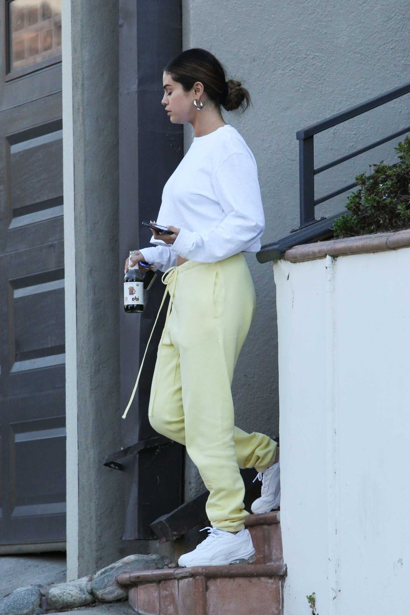 Selena Gomez in a Yellow Sweatpants Was Seen Out in Los Angeles 10/12/2019