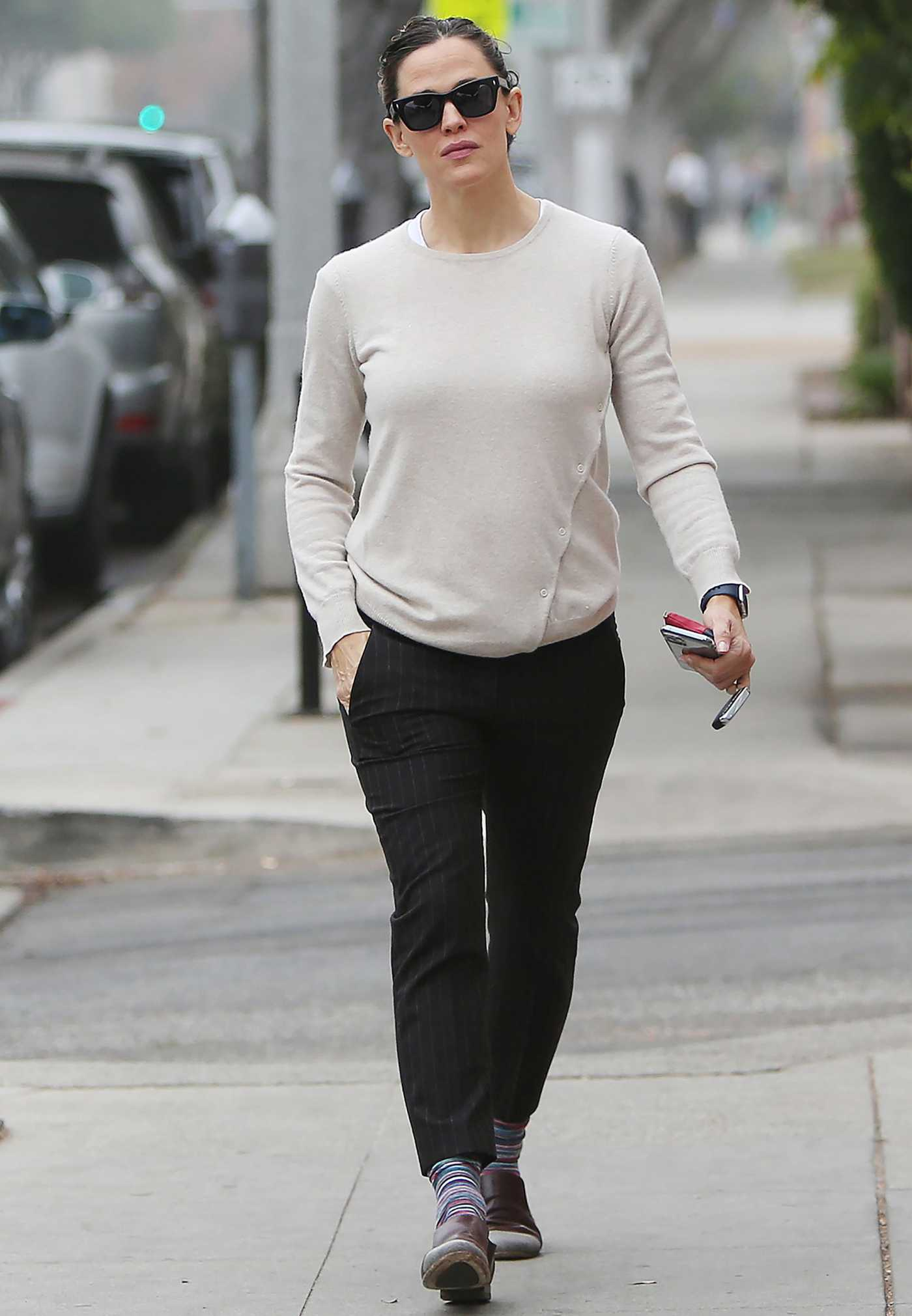 Jennifer Garner in a Beige Sweatshirt Was Seen Out in Santa Monica 11/06/2019