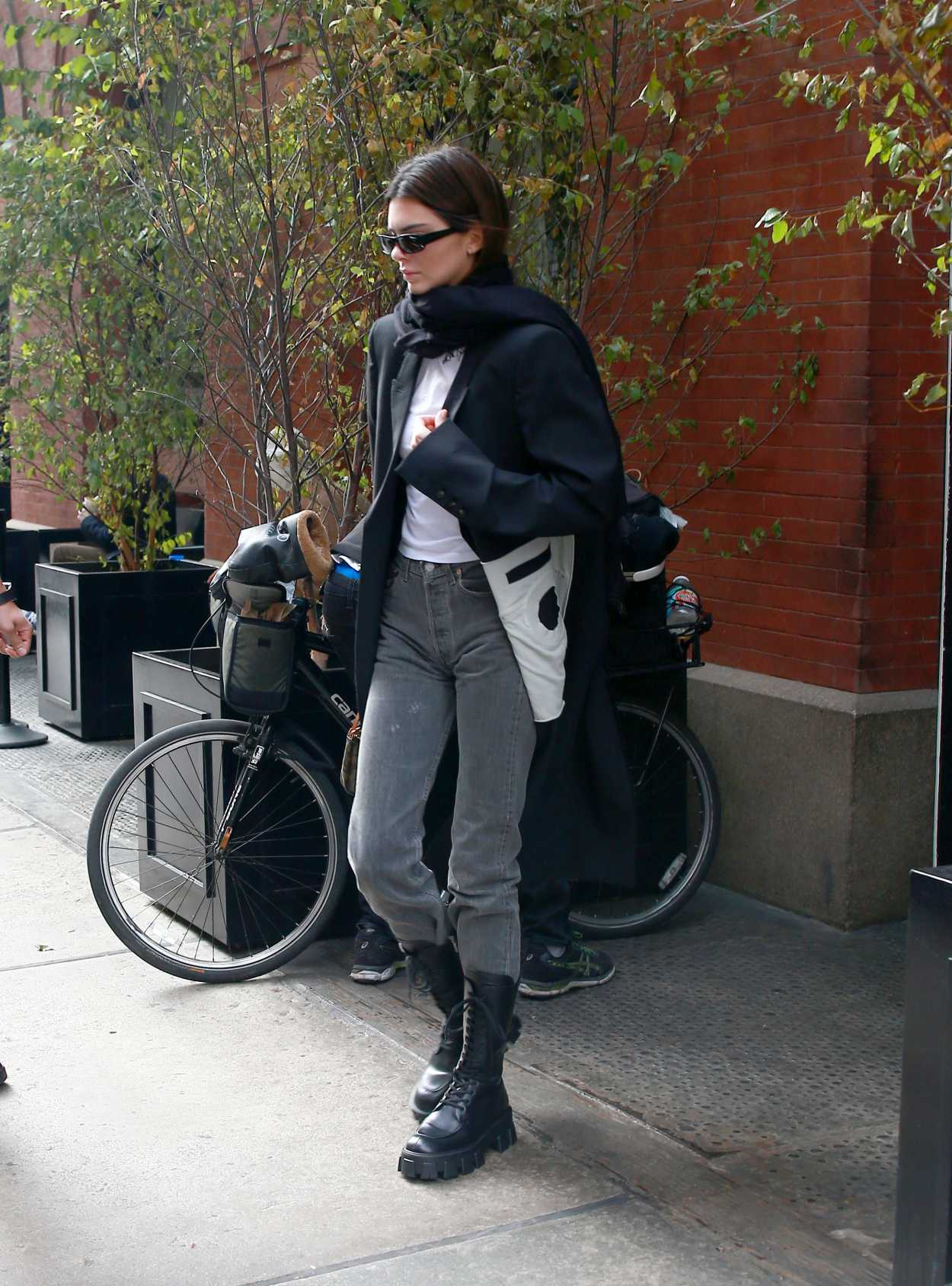 Kendall Jenner in a Black Coat Was Seen Out in NY 11/20/2019