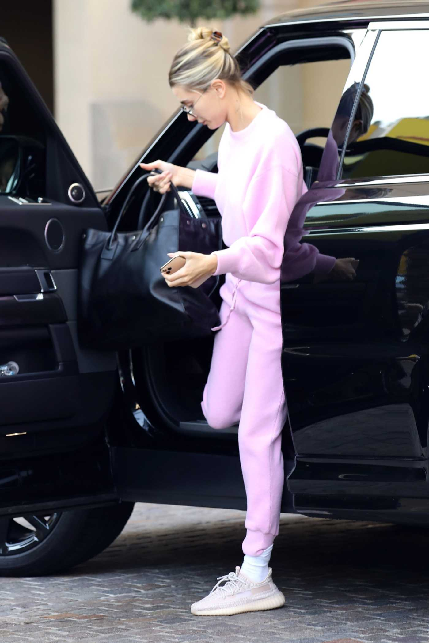 Hailey Baldwin in a Purple Jogging Suit Was Seen Out in Beverly Hills 12/11/2019