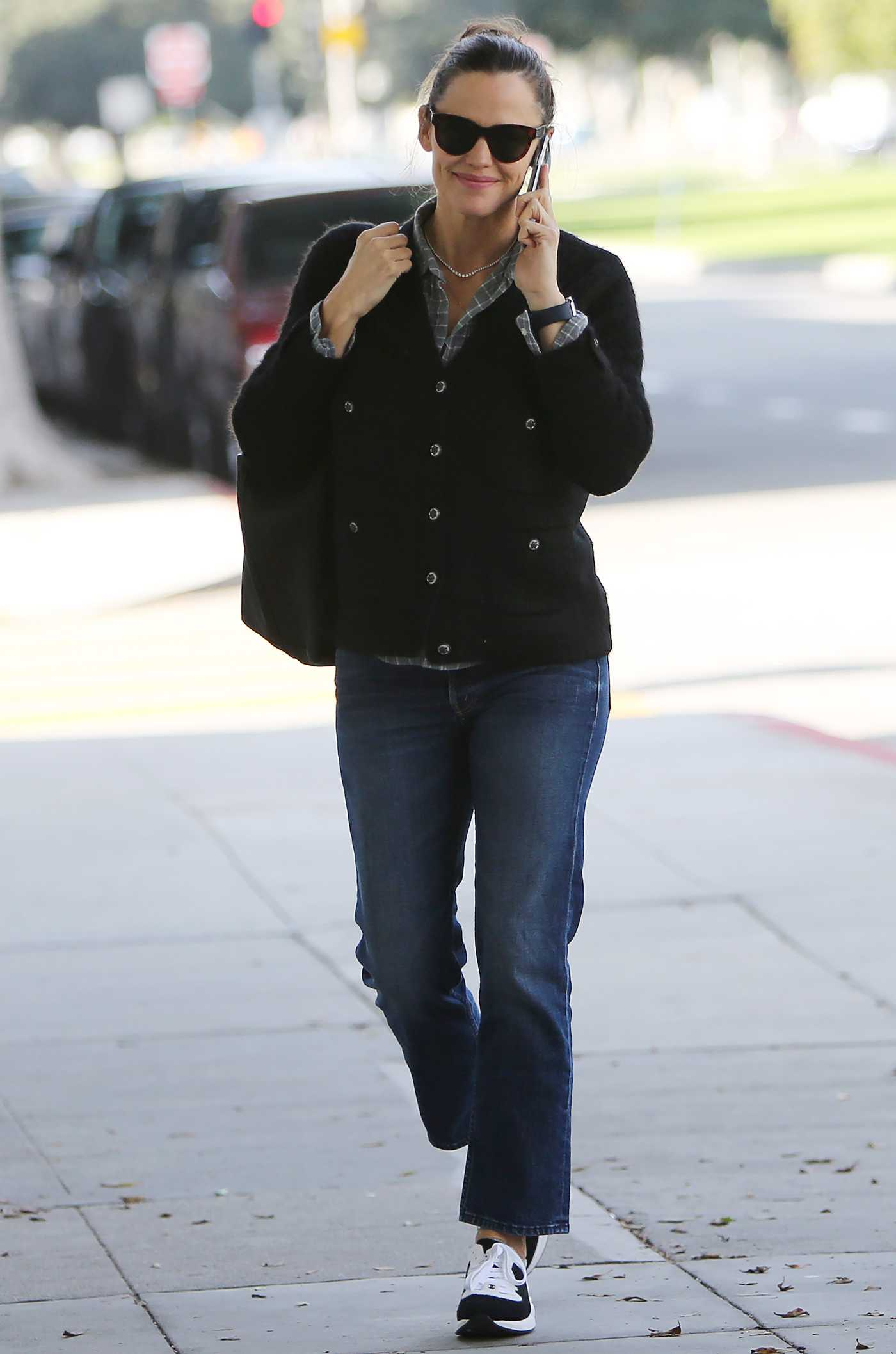 Jennifer Garner in a Black Sneakers Was Seen Out in Los Angeles 01/04/2020