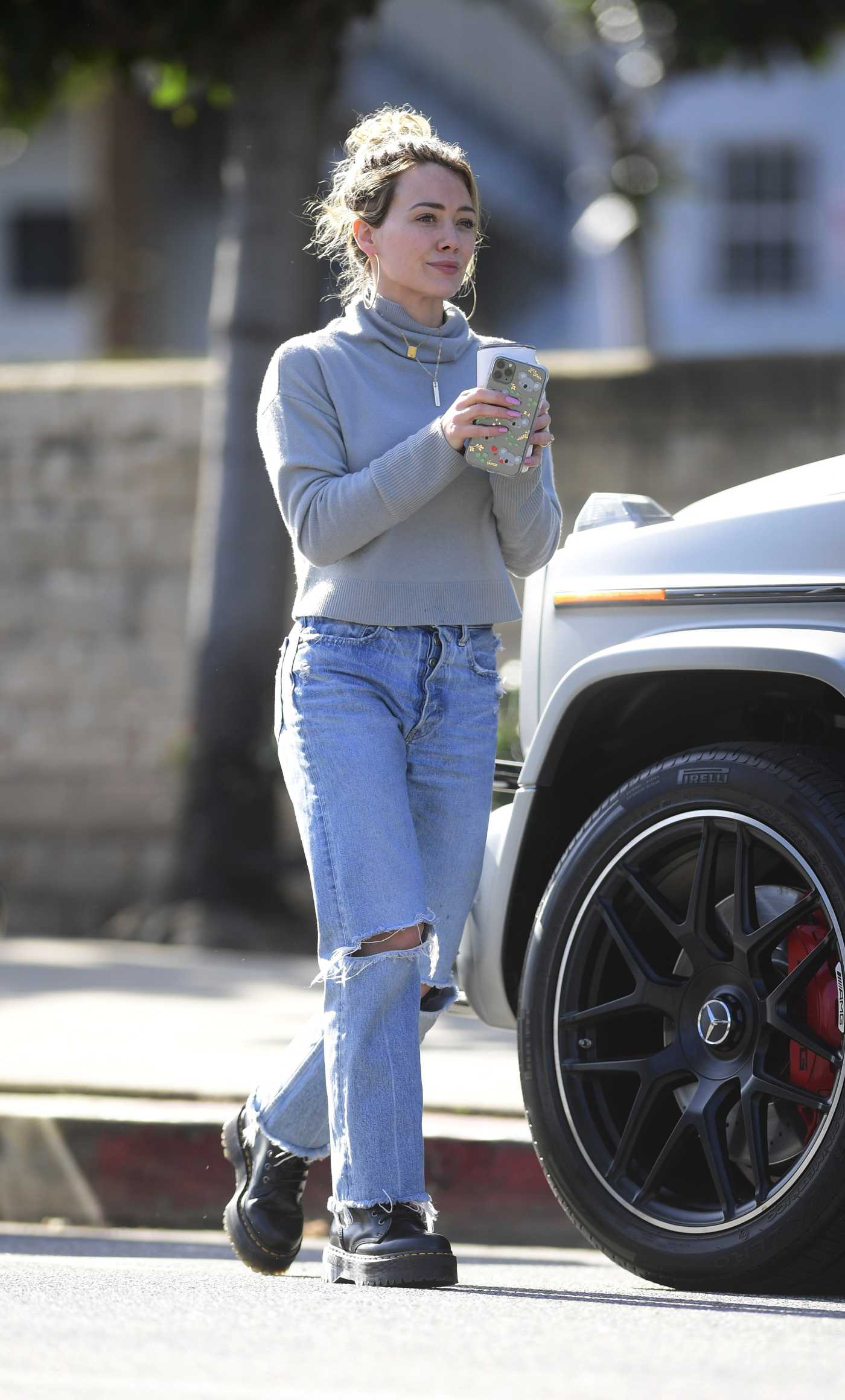 Hilary Duff n a Blue Ripped Jeans Was Seen Out in LA 02/27/2020