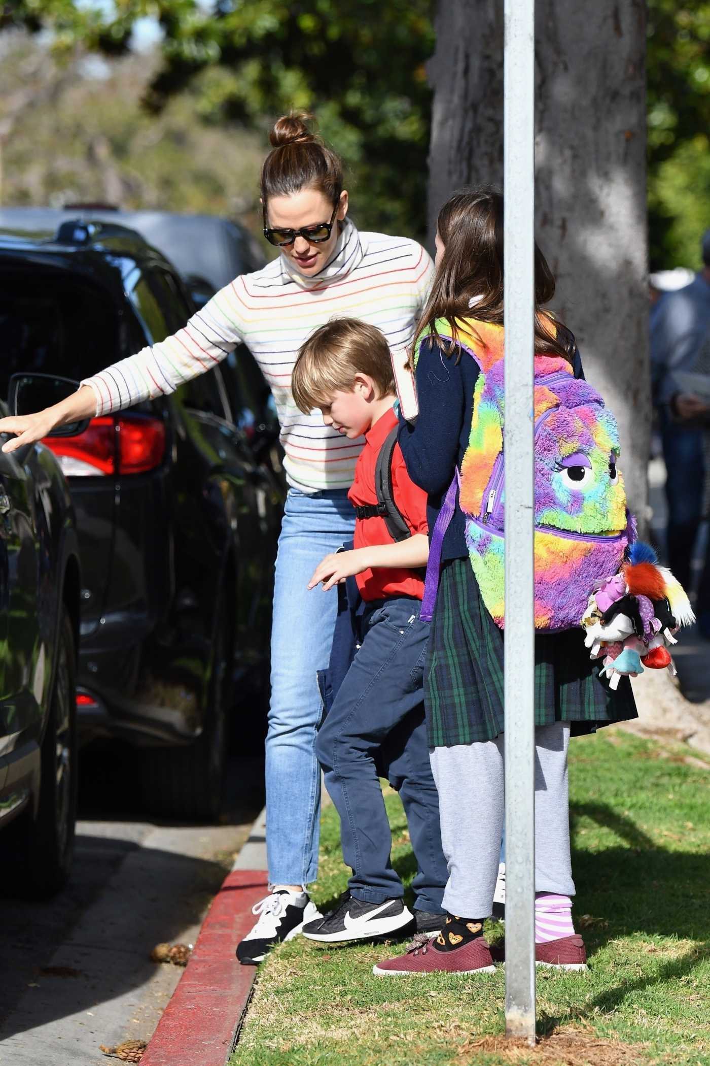 Jennifer Garner in a Blue Jeans Picks up Her Kids From School in Brentwood 02/26/2020