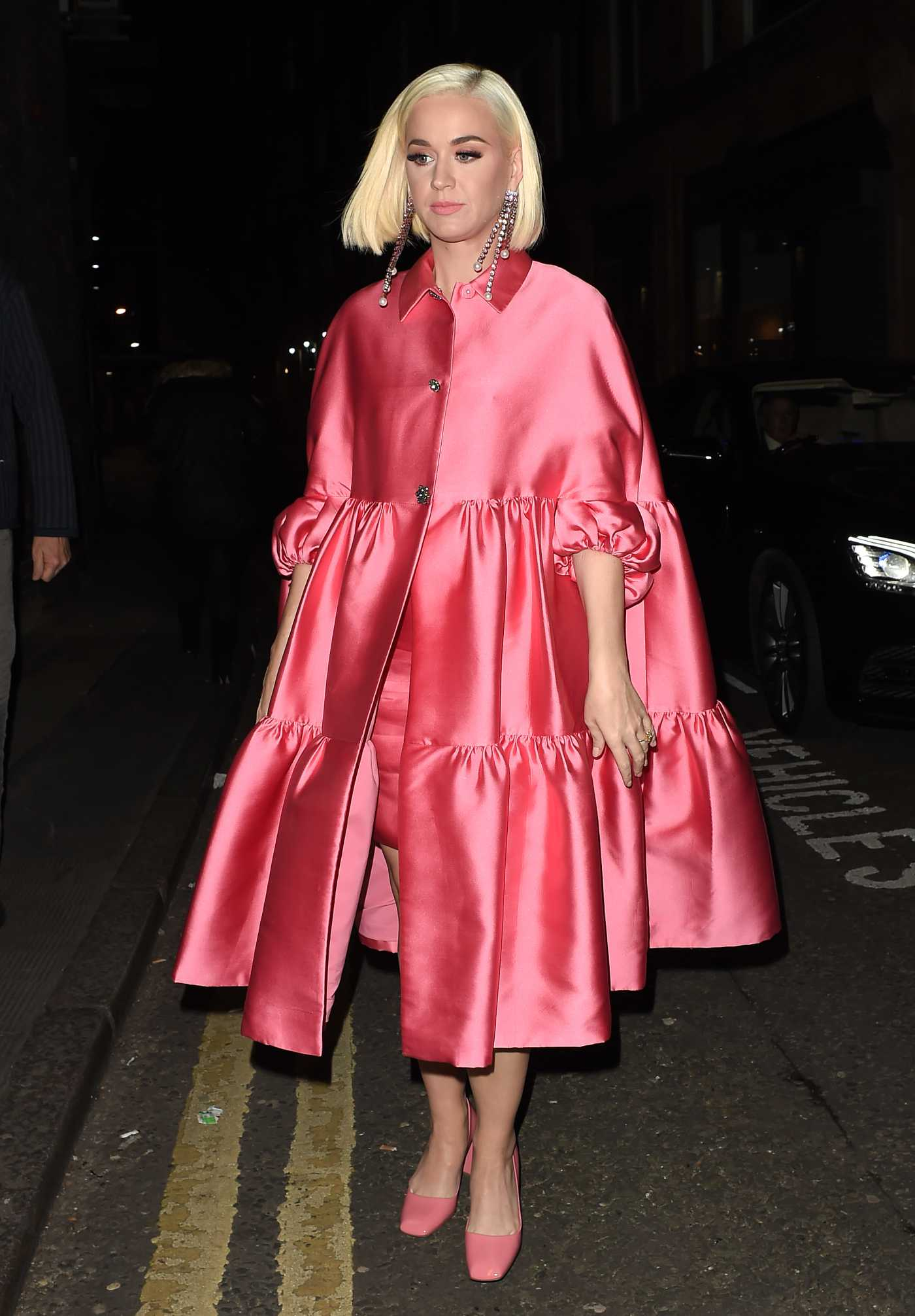 Katy Perry in a Pink Trench Coat Arrives at Shaftesbury Theatre in London 02/03/2020