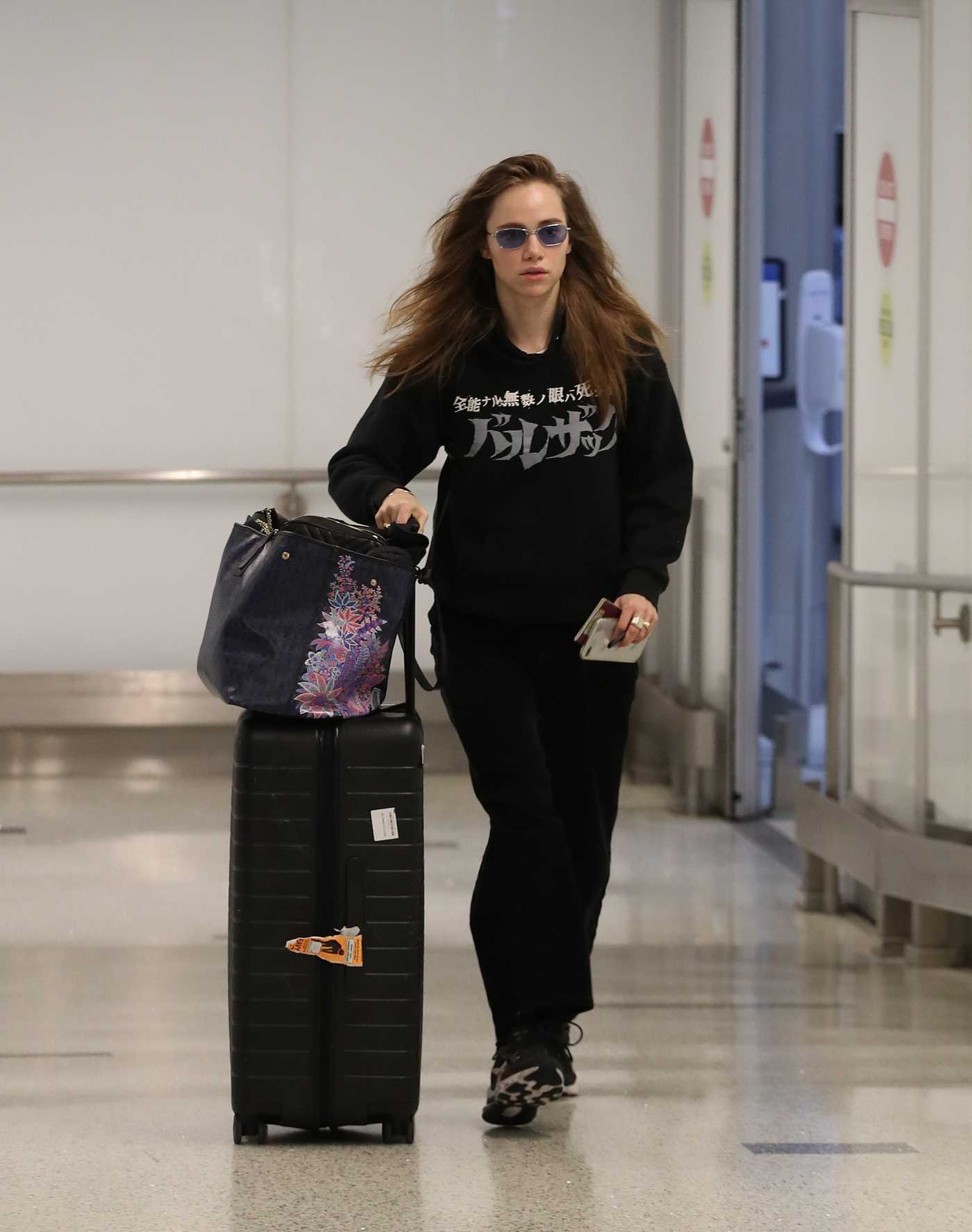 Suki Waterhouse in a Black Hoody Arrives at LAX Airport in Los Angeles 02/17/2020