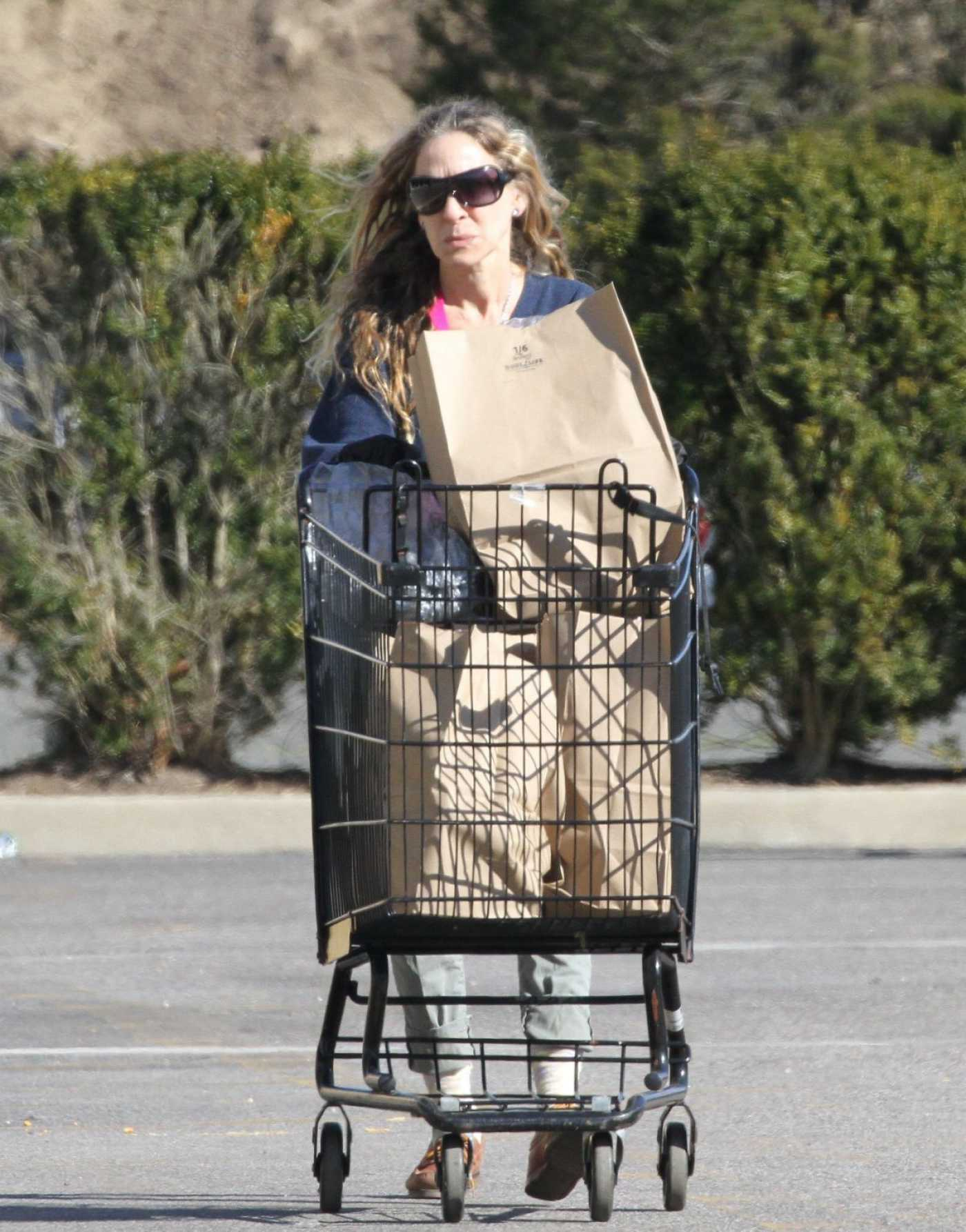Sarah Jessica Parker in a Black Medical Gloves Out Shopping in New York 03/27/2020