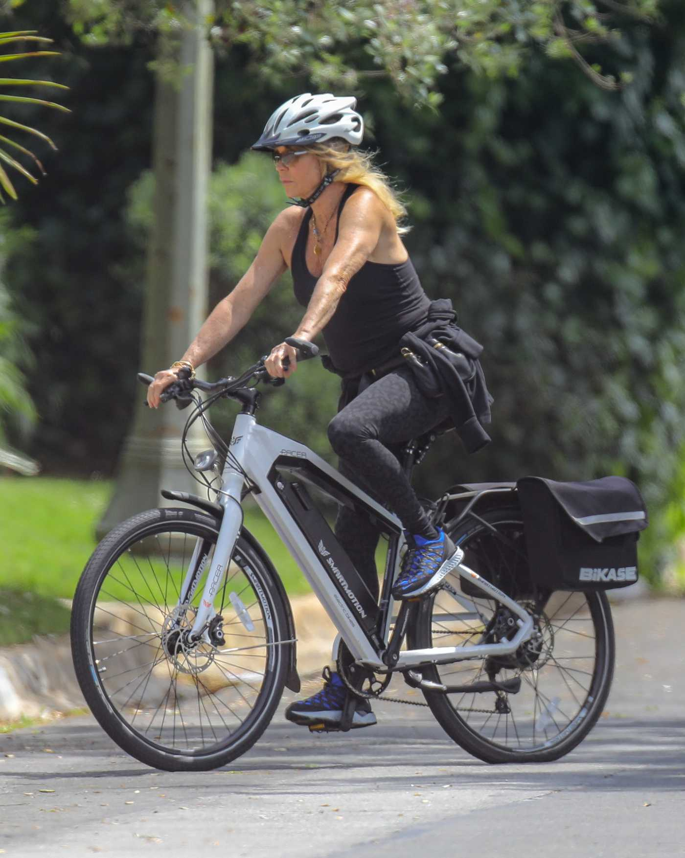 Goldie Hawn Does a Bike Ride in Pacific Palisades 04/29/2020