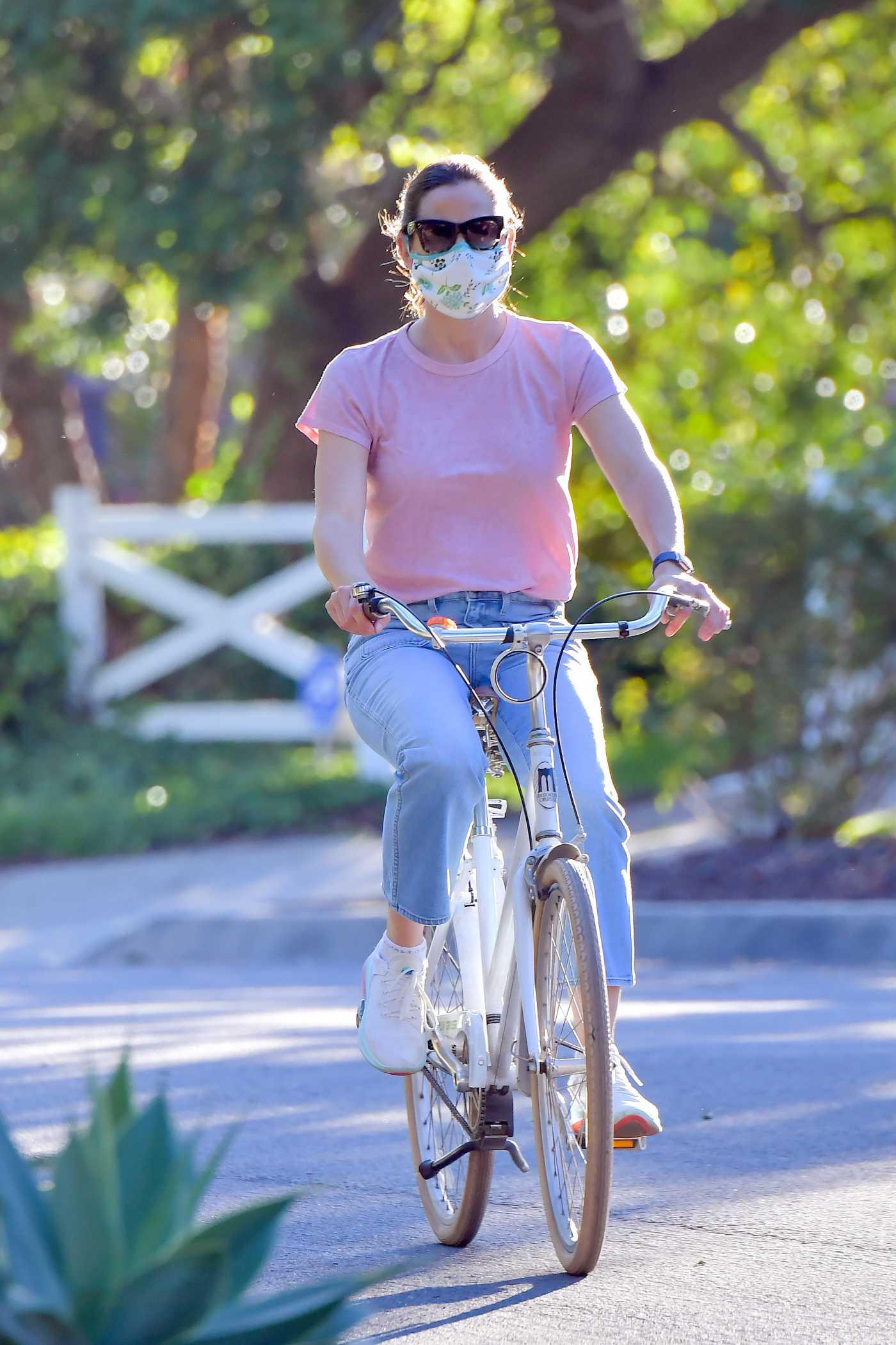 Jennifer Garner in a Purple Tee Rides Her Bike in Santa Monica 04/15/2020