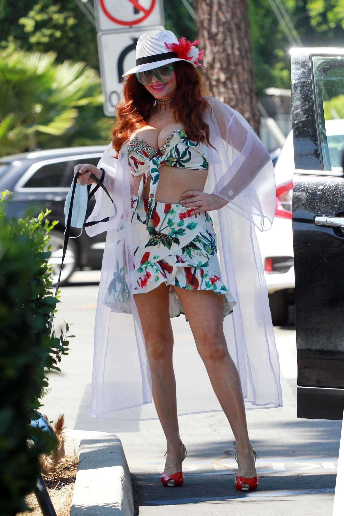 Phoebe Price in a White Hat Goes Shopping in Los Angeles 04/28/2020