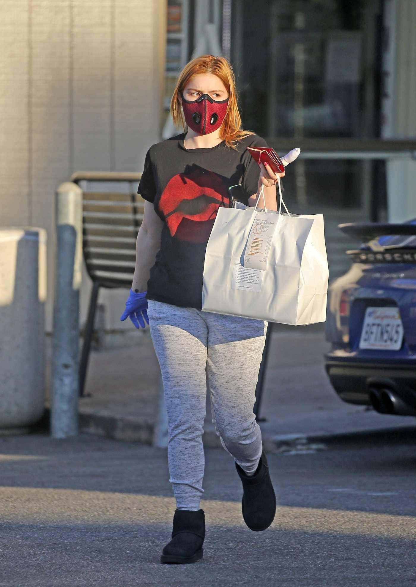 Ariel Winter in a Black Tee Goes Shopping in Studio City 05/01/2020