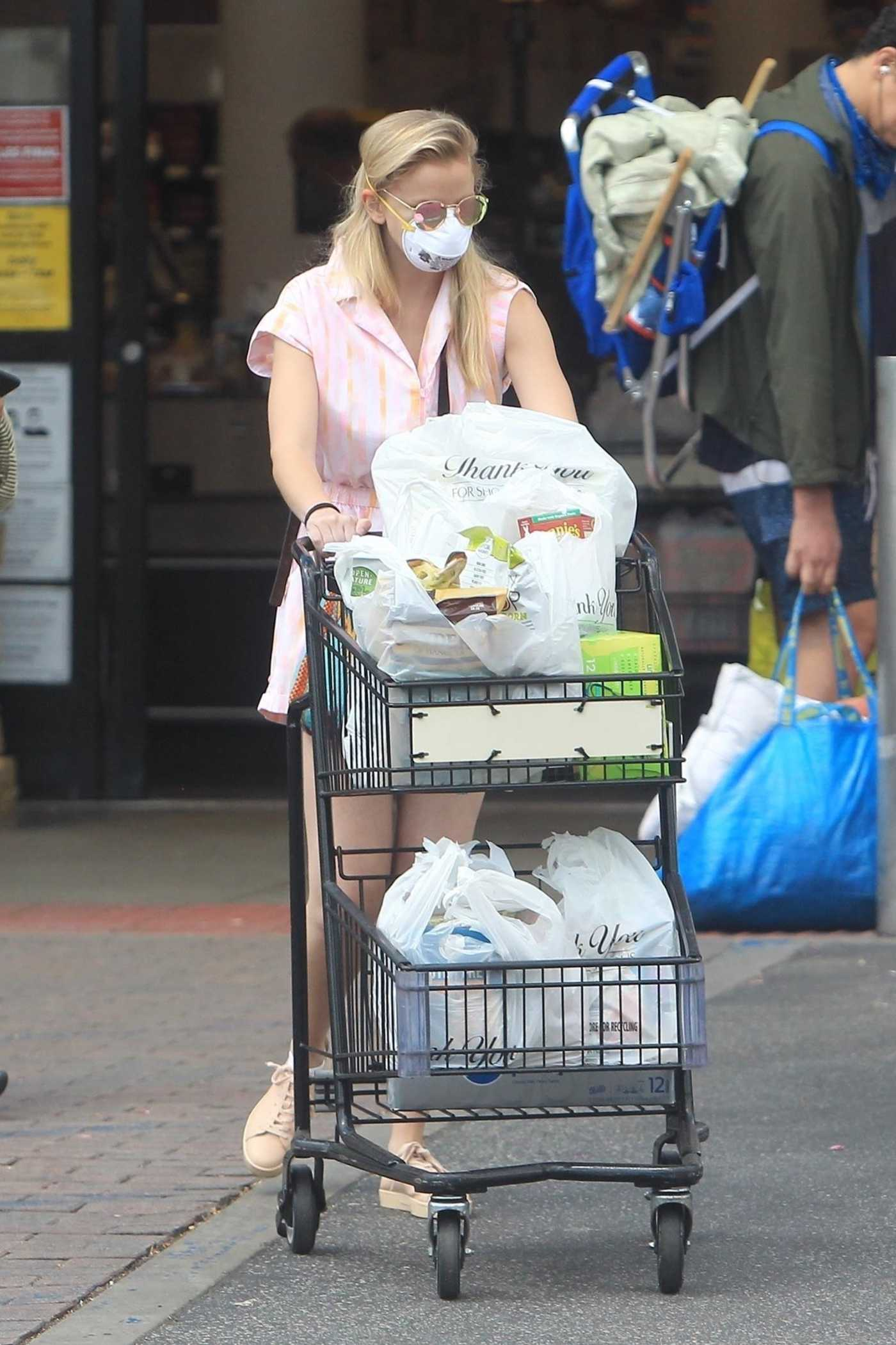 Corinne Olympios in a White Protective Mask Goes Shopping at Ralphs in West Hollywood 05/19/2020