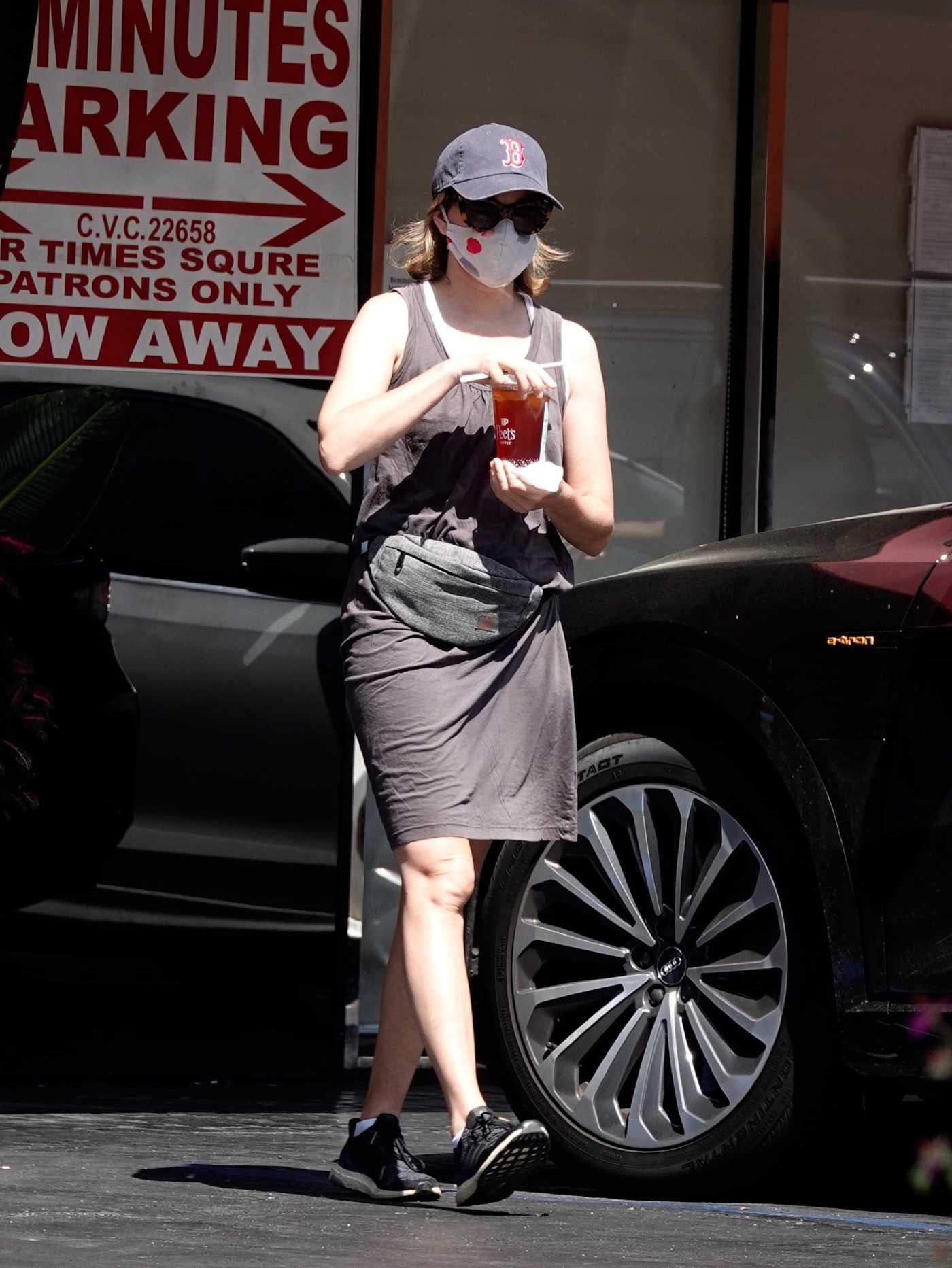 Elizabeth Banks in a Protective Mask Makes an Early Morning Coffee Run in Los Angeles 05/28/2020