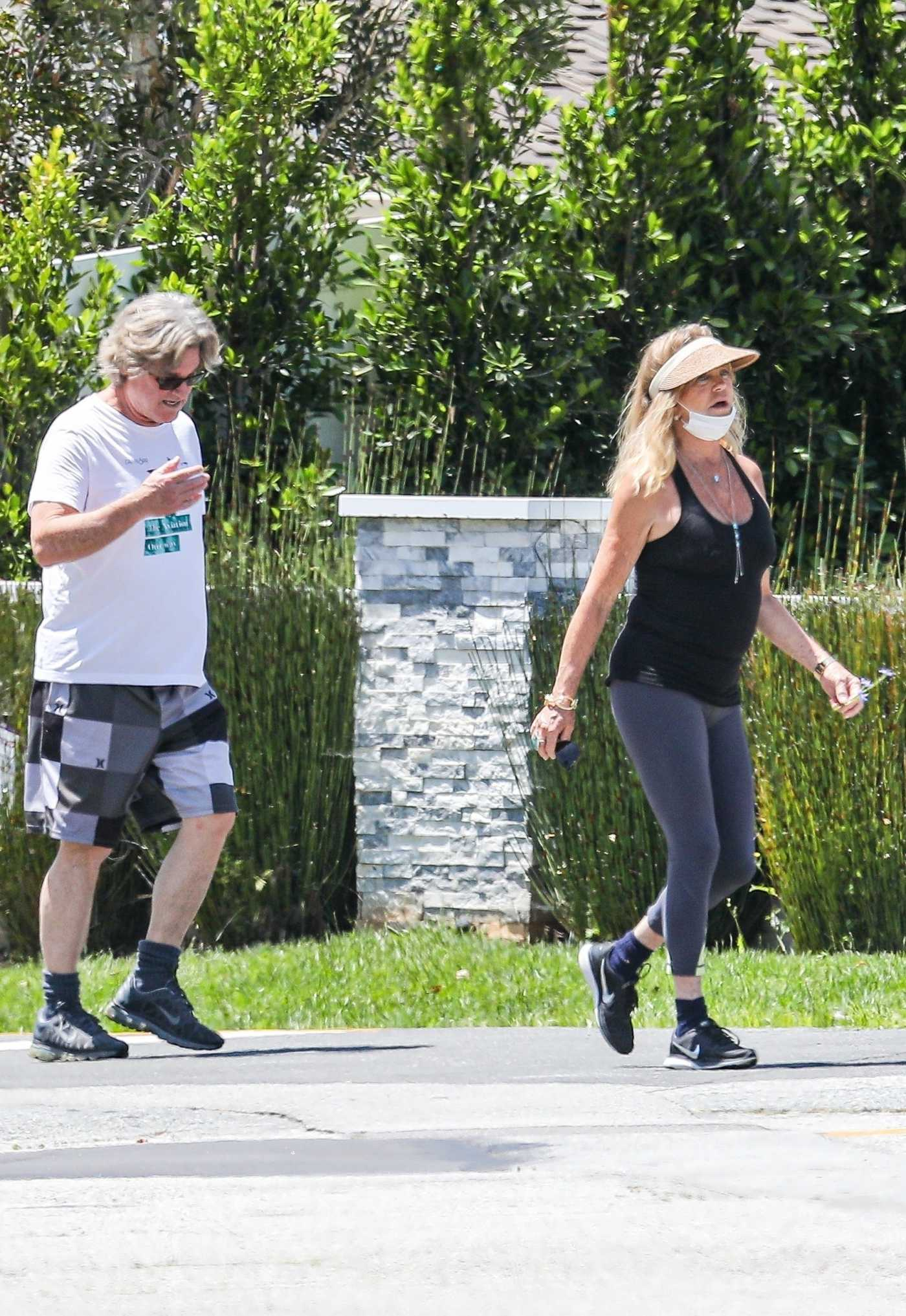 Goldie Hawn in a Black Tank Top Was Seen Out with Kurt Russel in Pacific Palisades 05/03/2020