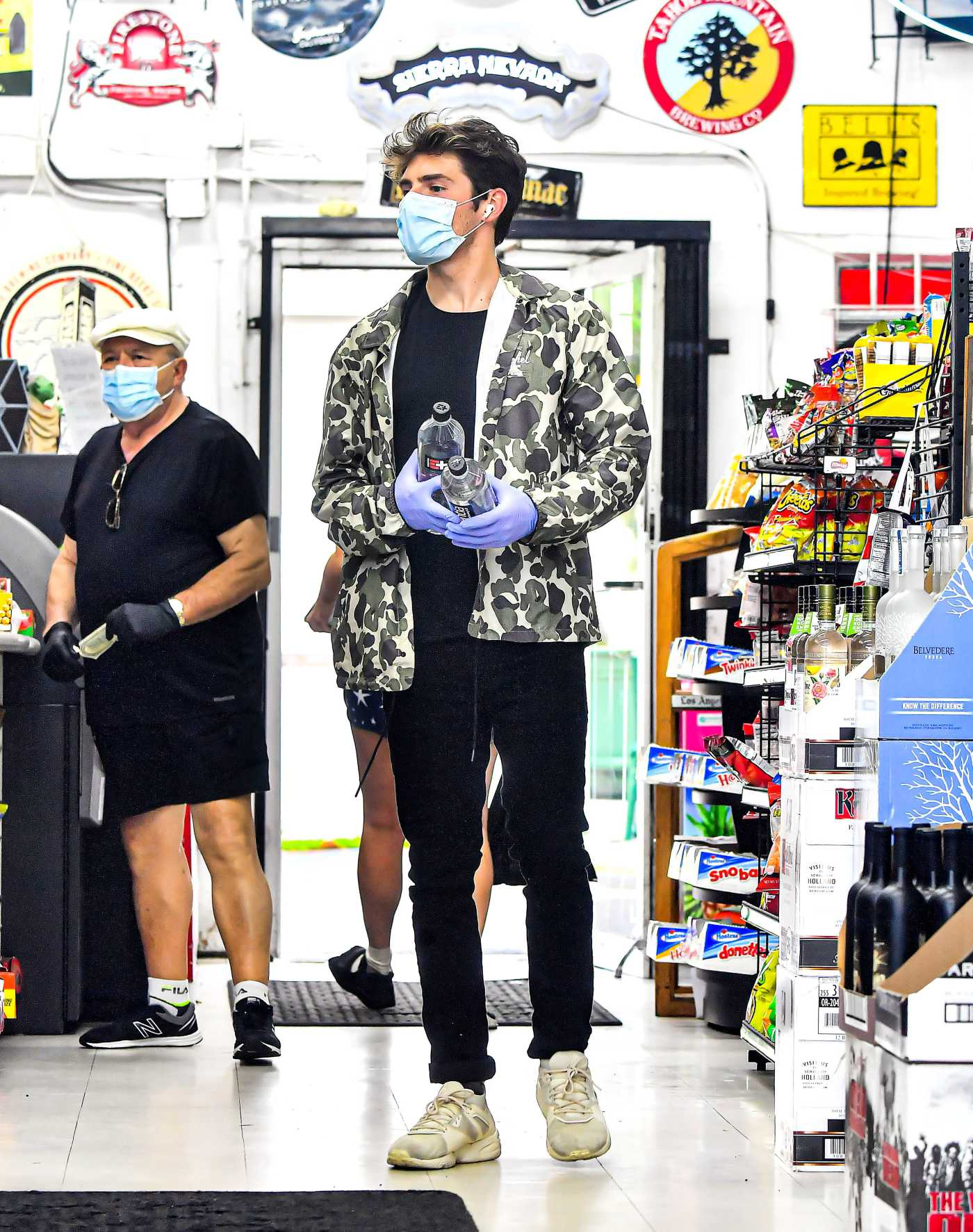 Gregg Sulkin in a Protective Mask Goes Shopping in Los Angeles 05/08/2020