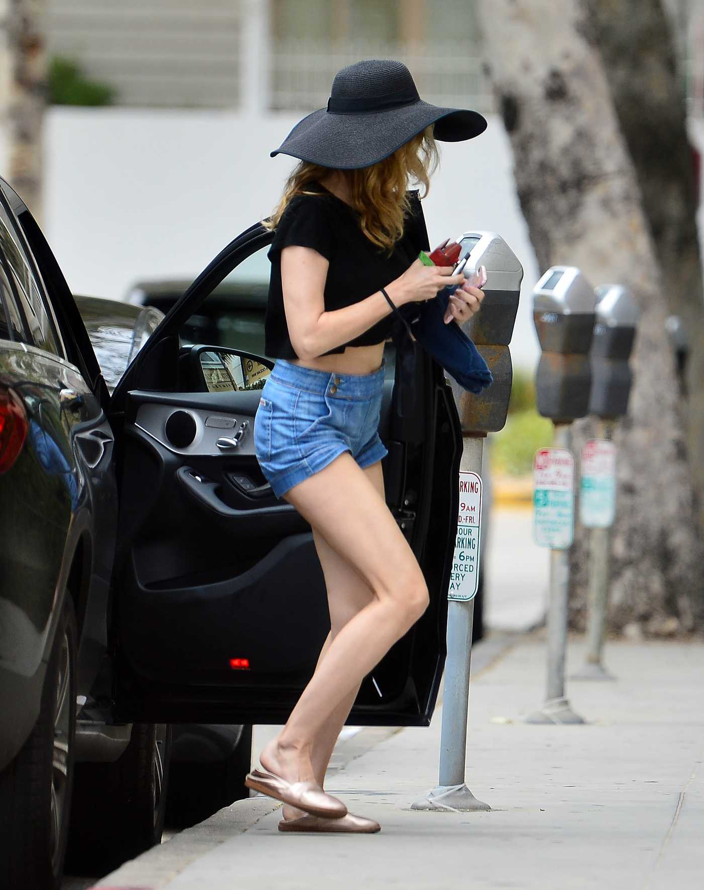 Heather Graham in a Black Hat Was Seen Out with a Mystery Man in Santa Monica 04/30/2020