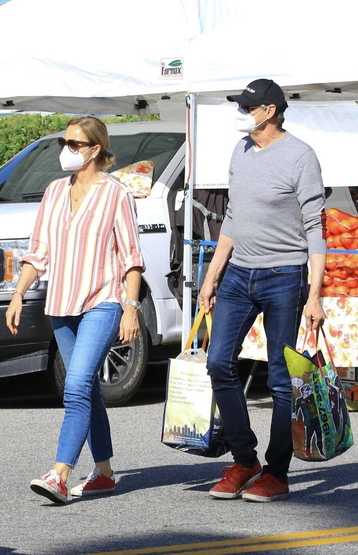 Jenna Fischer in a Face Mask Goes Shopping for Fresh Produce at the Farmer's Market in Studio City 05/03/2020