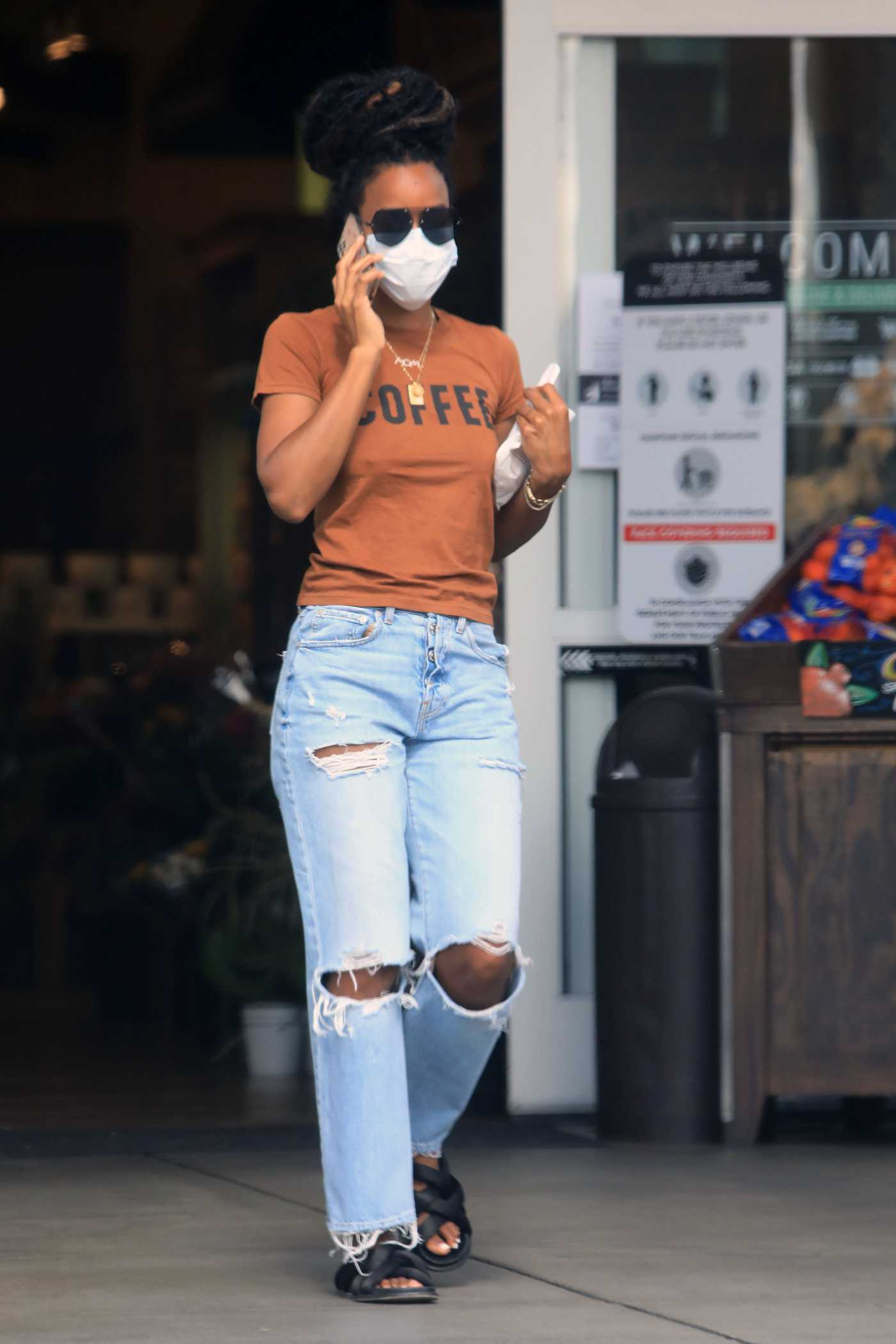 Kelly Rowland in a Blue Ripped Jeans Goes Shopping in Los Angeles 05/19/2020