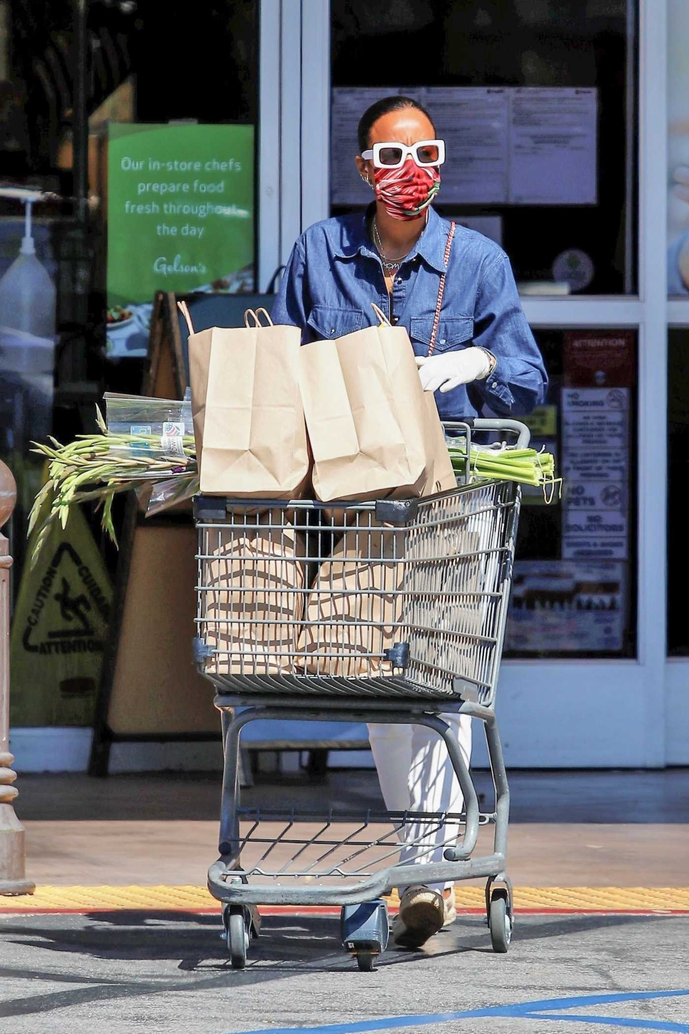 Kelly Rowland in a Protective Mask Goes Some Grocery Shopping at Gelson's Market in Los Angeles 05/14/2020