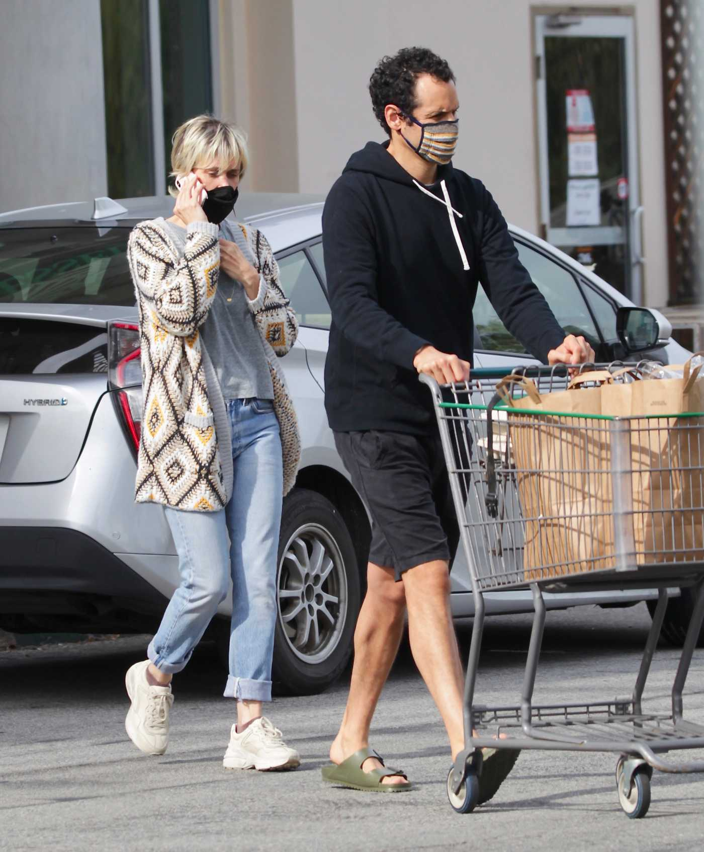 Kristen Wiig in a Black Face Mask Goes Shopping at Erewhon Supermarket in Calabasas 04/30/2020