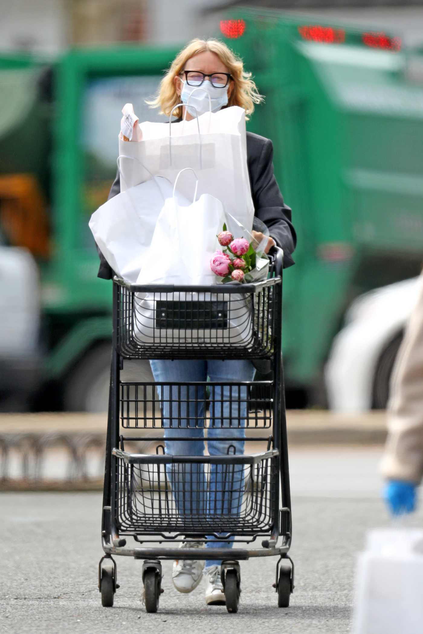 Naomi Watts in a Protective Mask Goes Grocery Shopping in the Hamptons in New York 05/26/2020