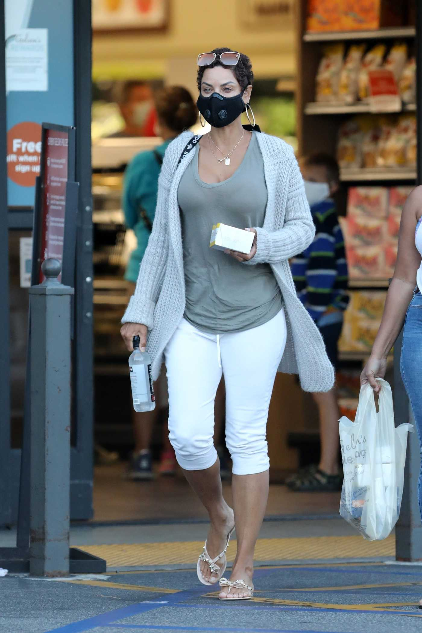 Nicole Murphy in a Black Protective Mask Goes Shopping at Gelson's Market in Pacific Palisades 05/25/2020