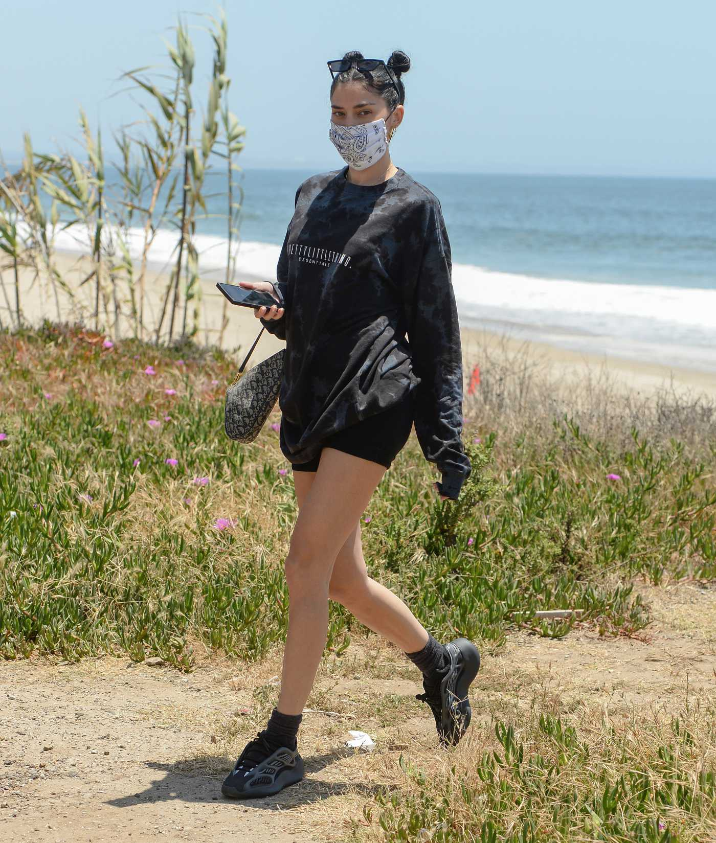 Nicole Williams in a Protective Mask Was Seen Out for a Walk on the Beach in Malibu 05/30/2020