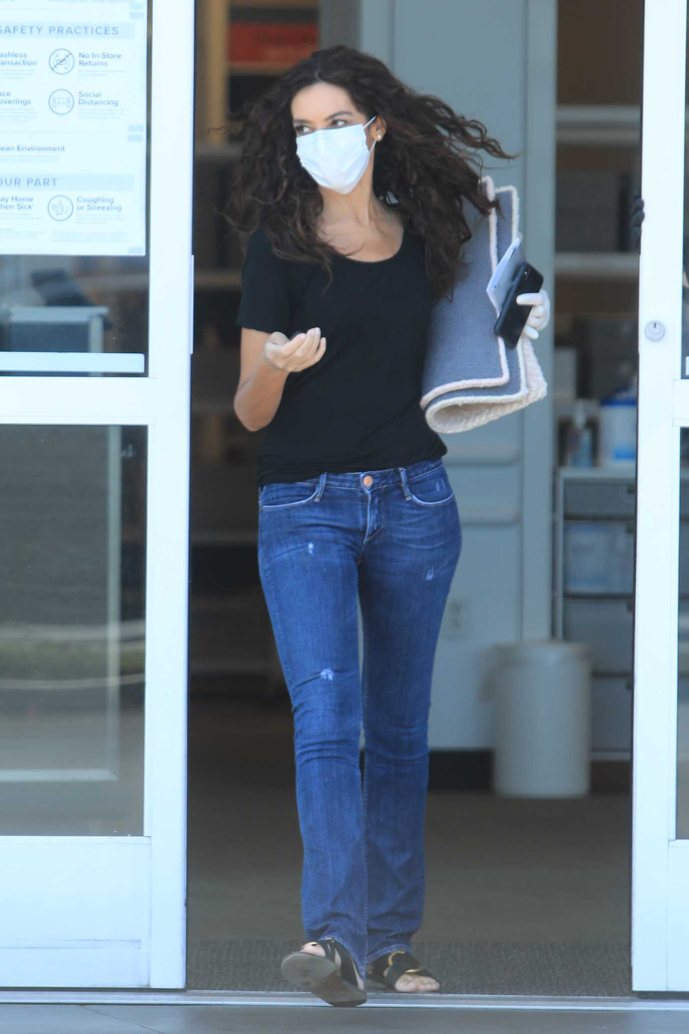 Terri Seymour in a Protective Mask Out Shopping at The Container Store in West Hollywood 05/28/2020