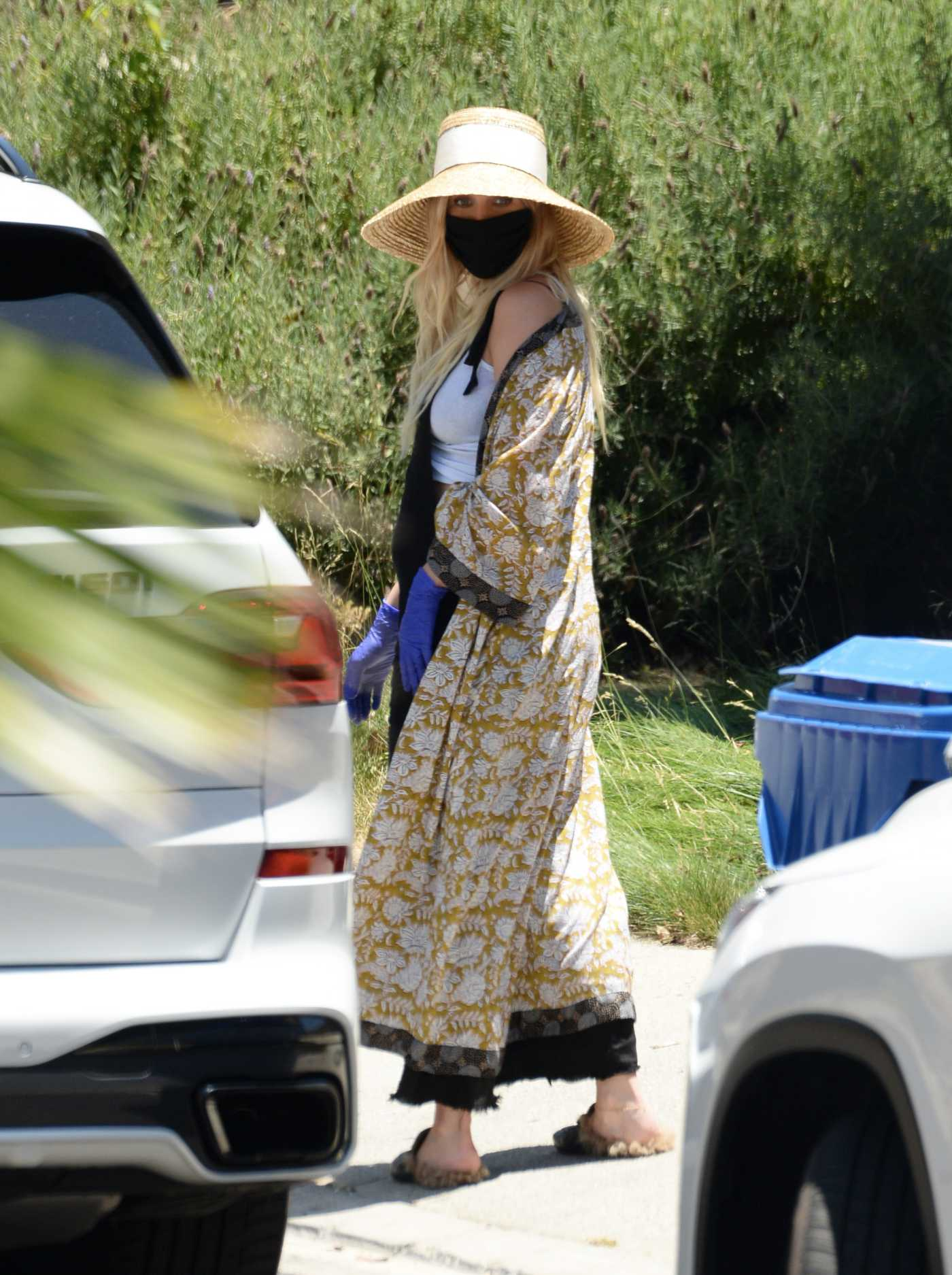 Ashlee Simpson in a Straw Hat Arrives at Don Cuco Mexican Restaurant Out with Her Husband Evan Ross in Los Angeles 06/15/2020