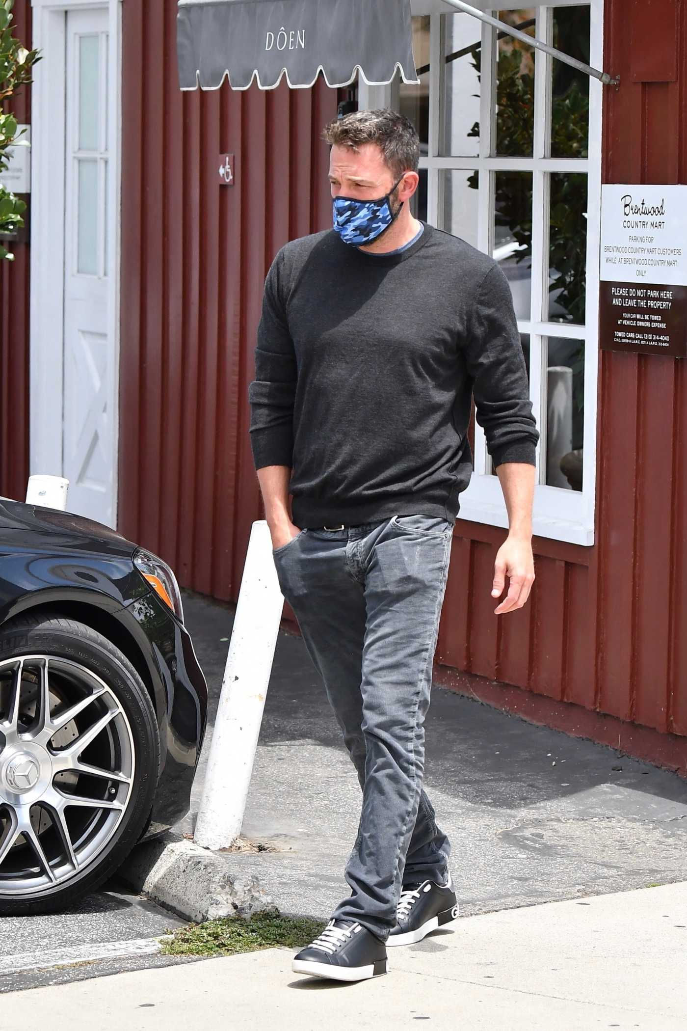 Ben Affleck in a Gray Long Sleeves T-Shirt Goes Out for Lunch with Ana De Armas at the Brentwood Country Mart in Brentwood 06/20/2020