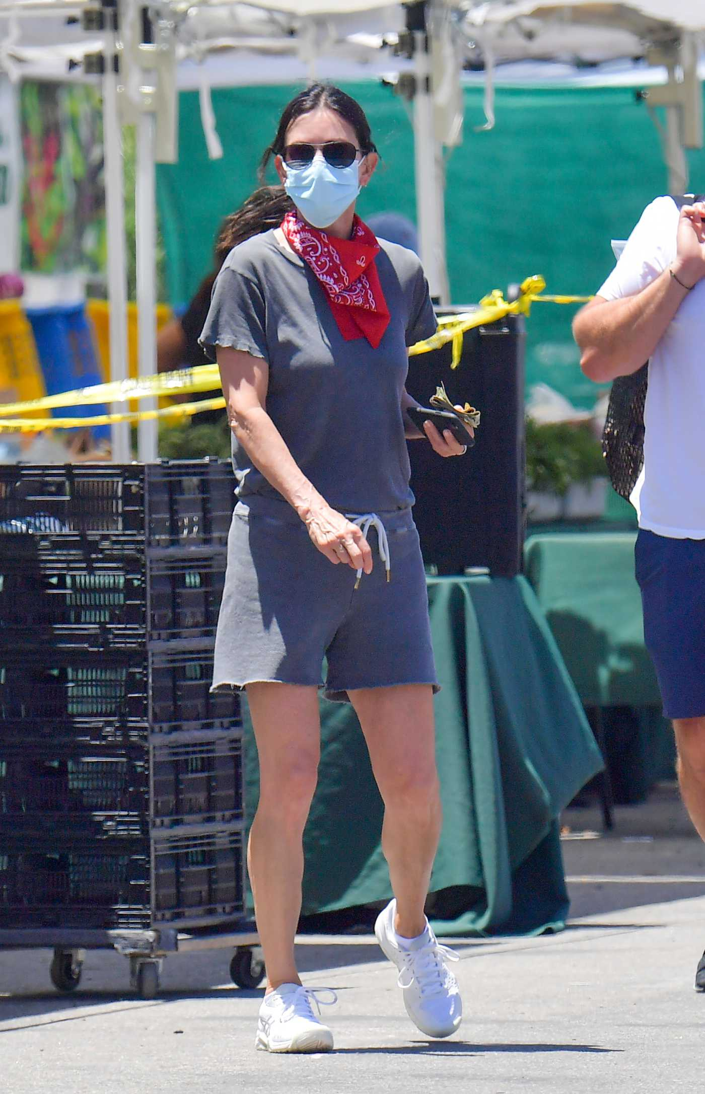 Courteney Cox in a Protective Mask Goes Shopping Out with Johnny McDaid at a Local Farmer's Market in Malibu 06/07/2020